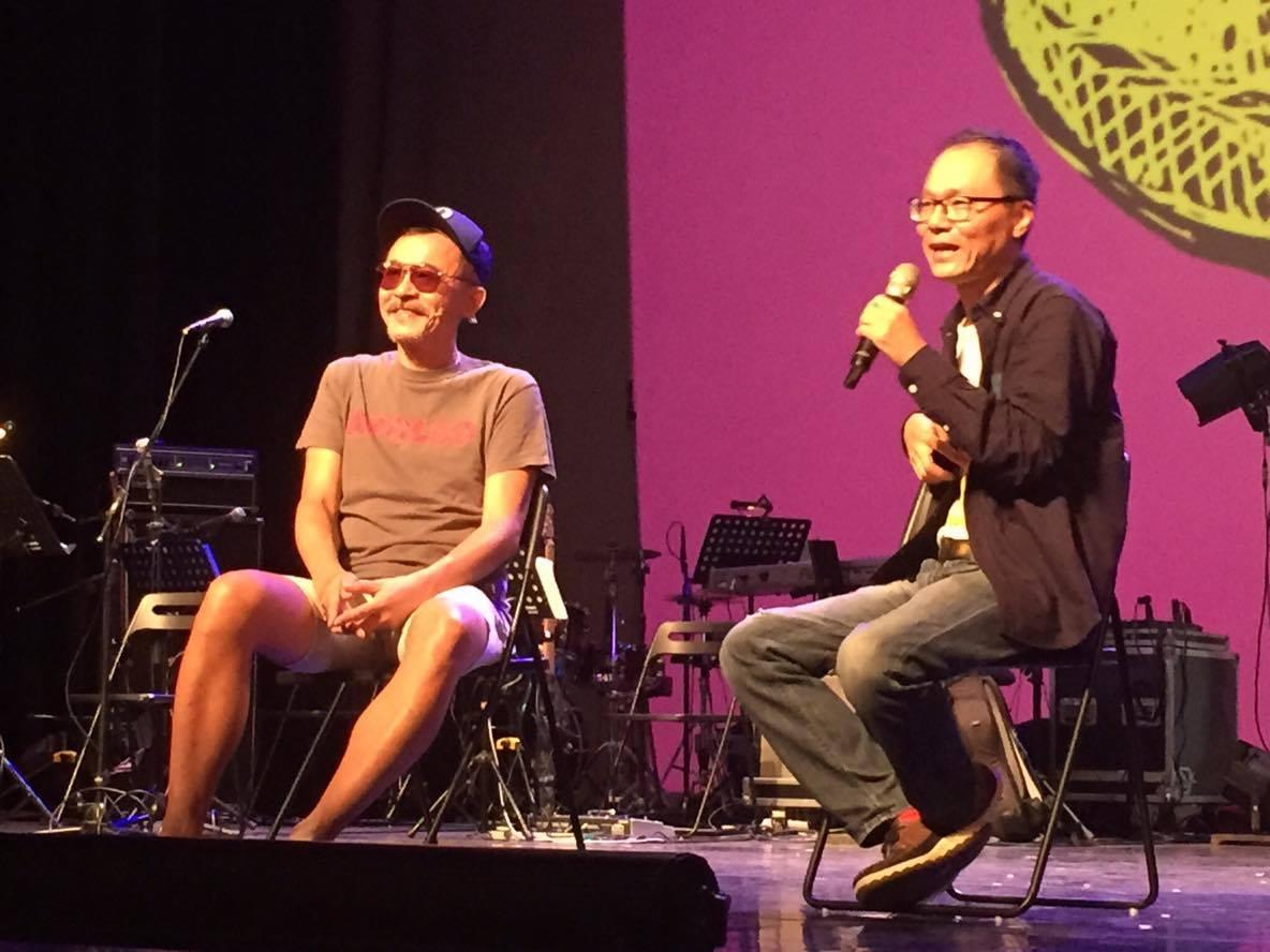 客語金曲歌王黃連煜和鬼才導演鴻鴻在表演後的分享會上,與台下觀眾熱烈交流。