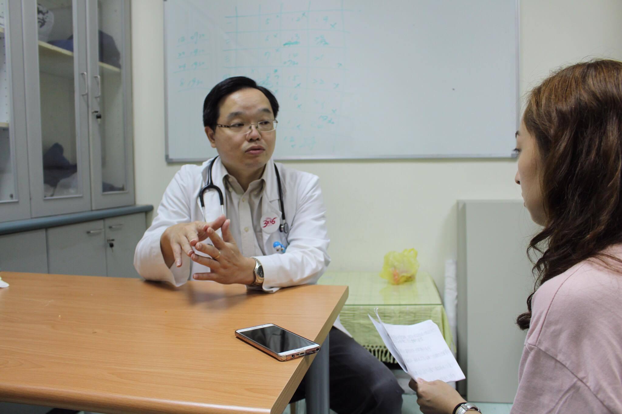 照片為記者訪問台北市文山區萬芳醫院小兒科王聖儒醫師(記者許祐祥/攝)