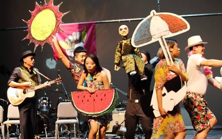 所有參與演出的演員們,隨著黃連煜的歌聲起舞。(攝影/黑眼睛跨劇團)