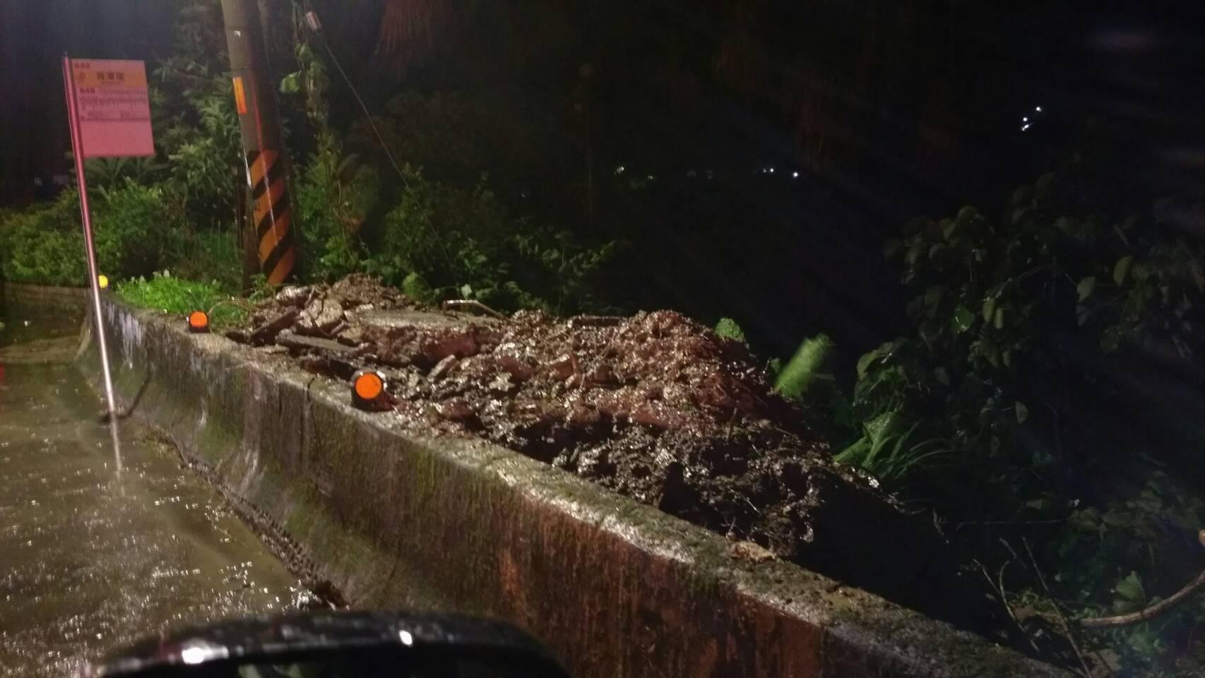圖為馬勒卡颱風新烏路一段落石坍踏情況。(圖片由新北消防局新店分隊提供)