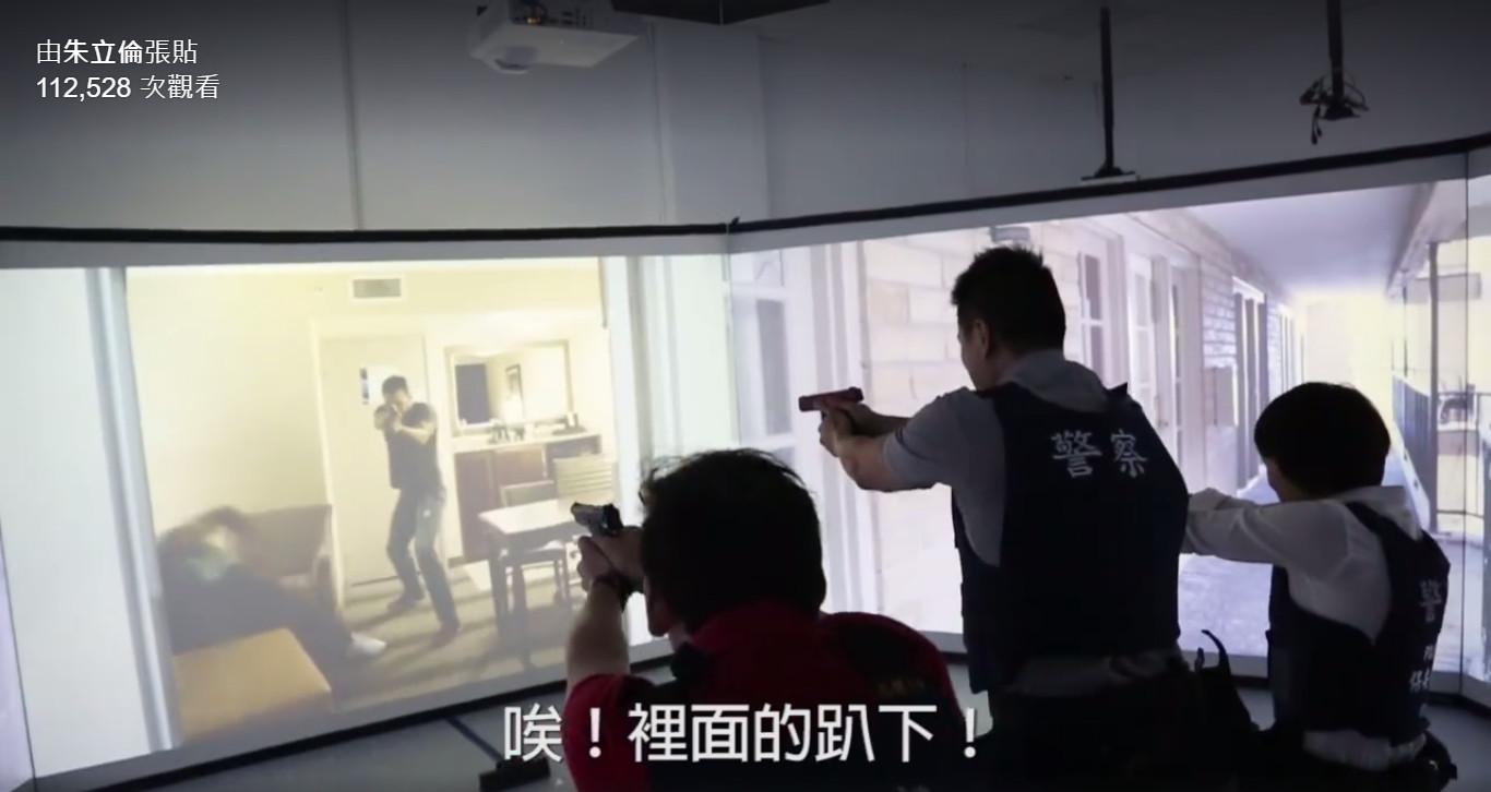 情境模擬應變射擊訓練場狀況逼真。(圖片來源╱朱立倫臉書)