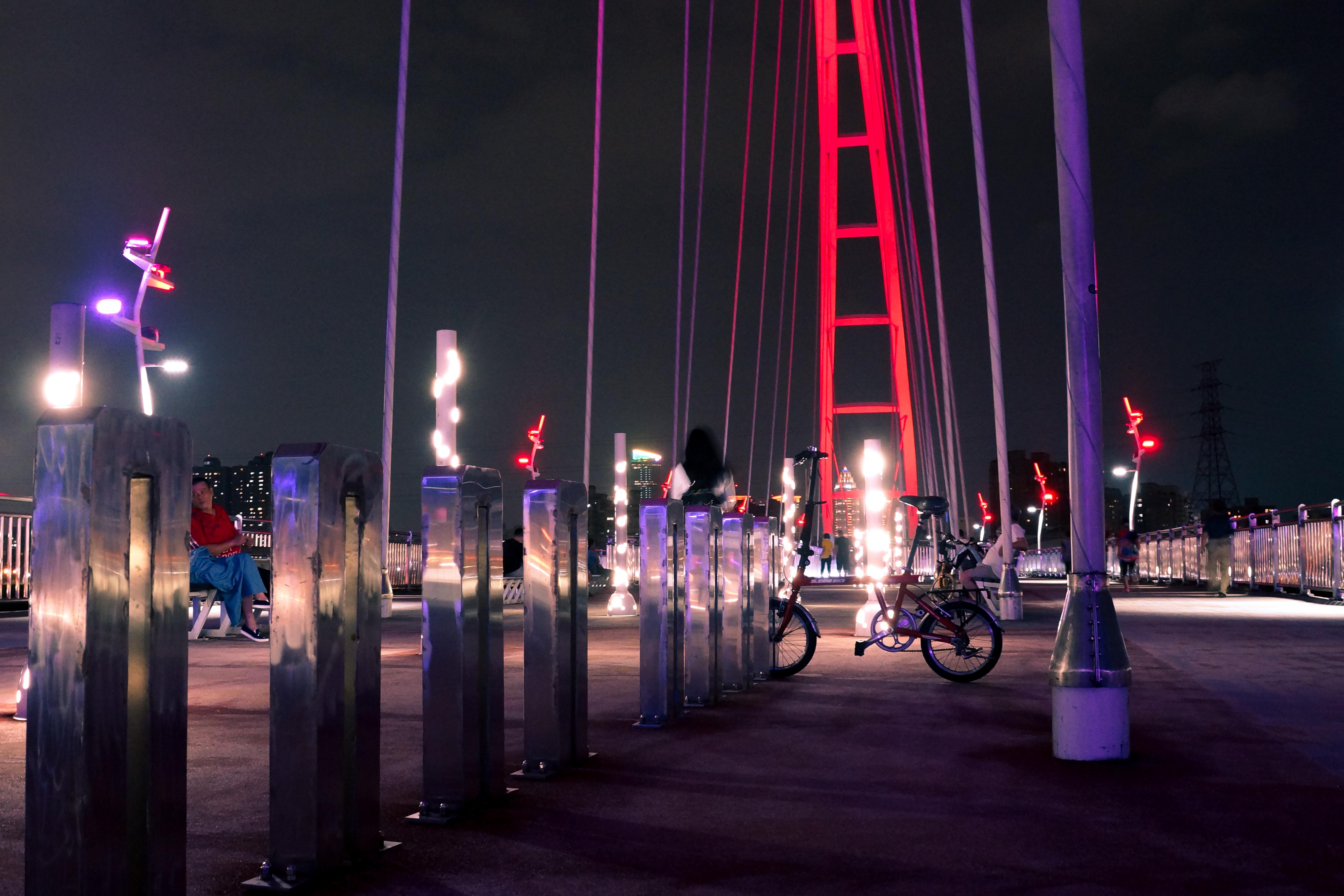 橋上設置的腳踏車架(攝影/潘姿穎)