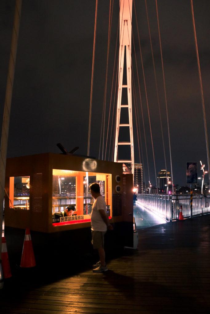 橋上的民眾諮詢服務站,兼有維護周遭安全的保全功能 (攝影/潘姿穎)
