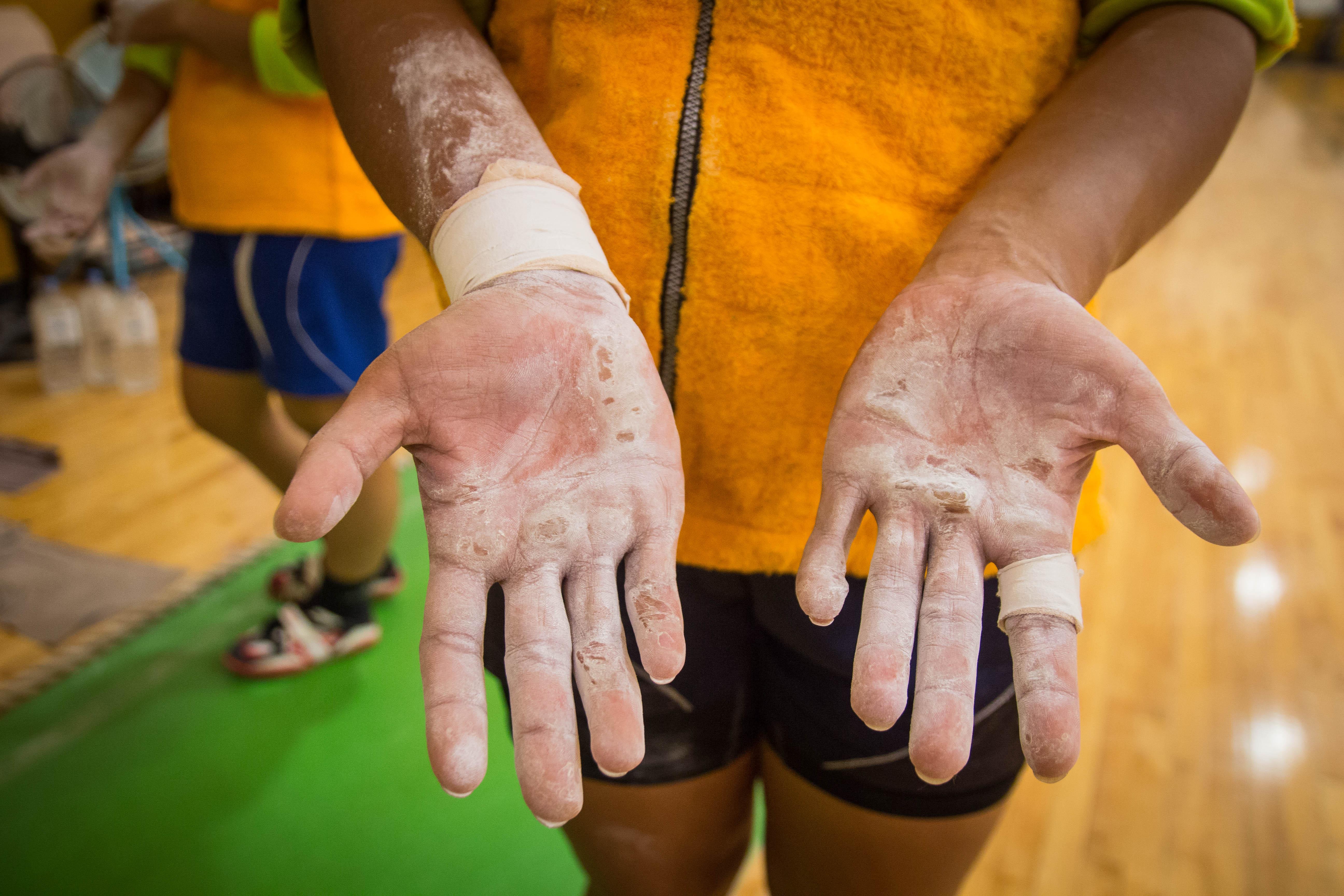 沾滿了防滑粉的手是勤奮練習最好的證明。