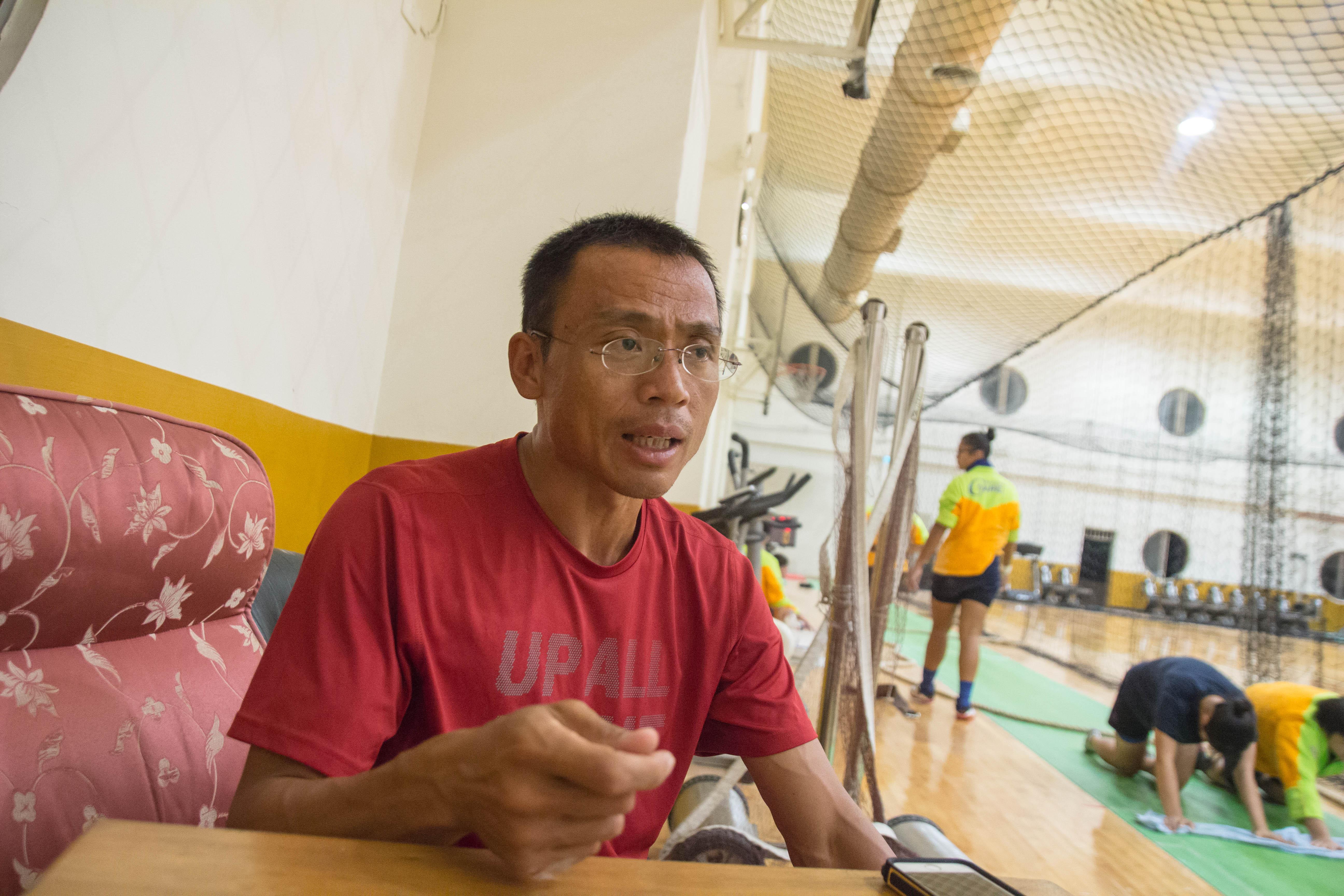 景美女中拔河隊教練郭昇,擔任教練14年陪伴在隊員左右,是隊伍的穩定支柱。