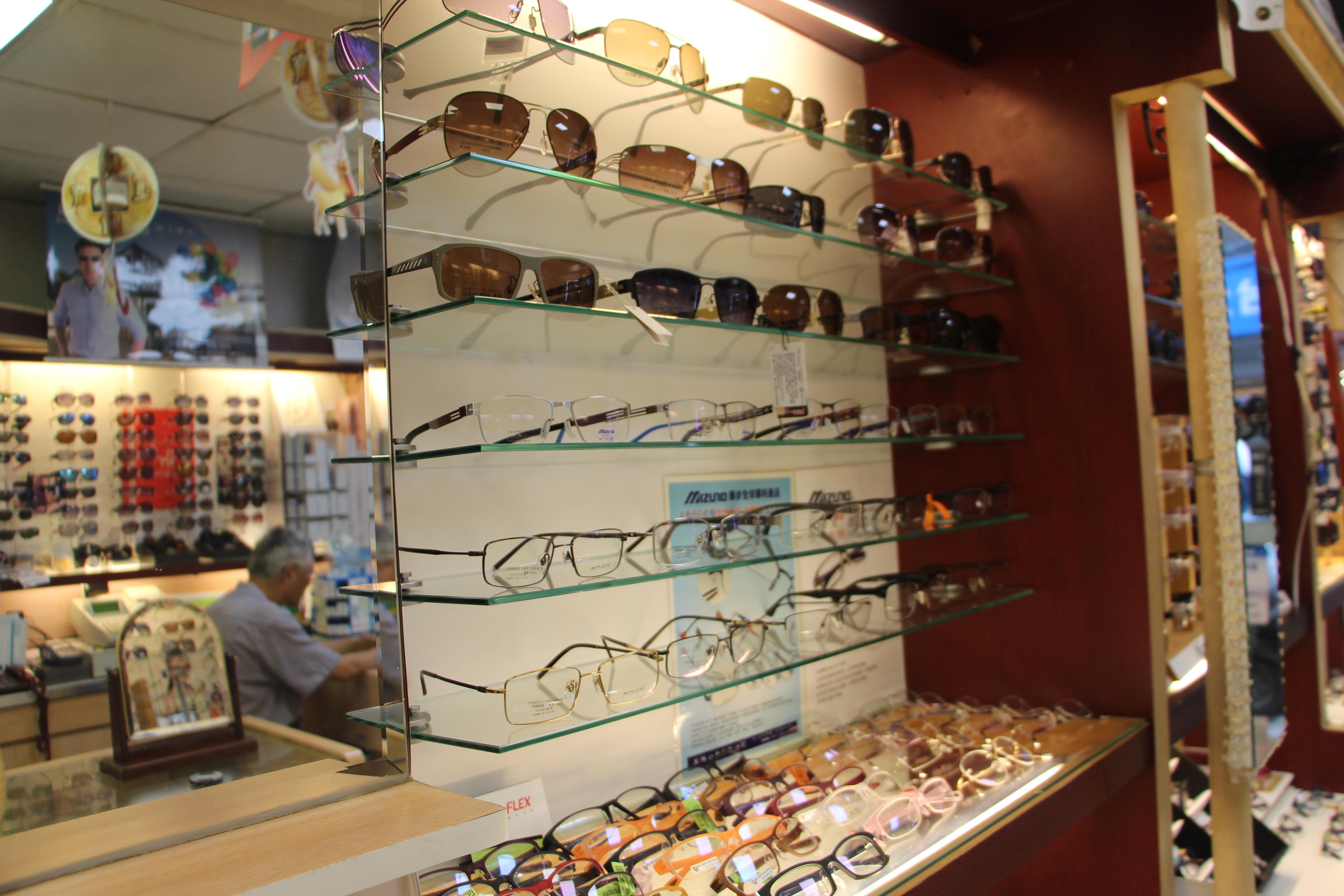 眼鏡款式琳瑯滿目,如何挑選成為一大課題。攝影/蘇蓉、王域瑾