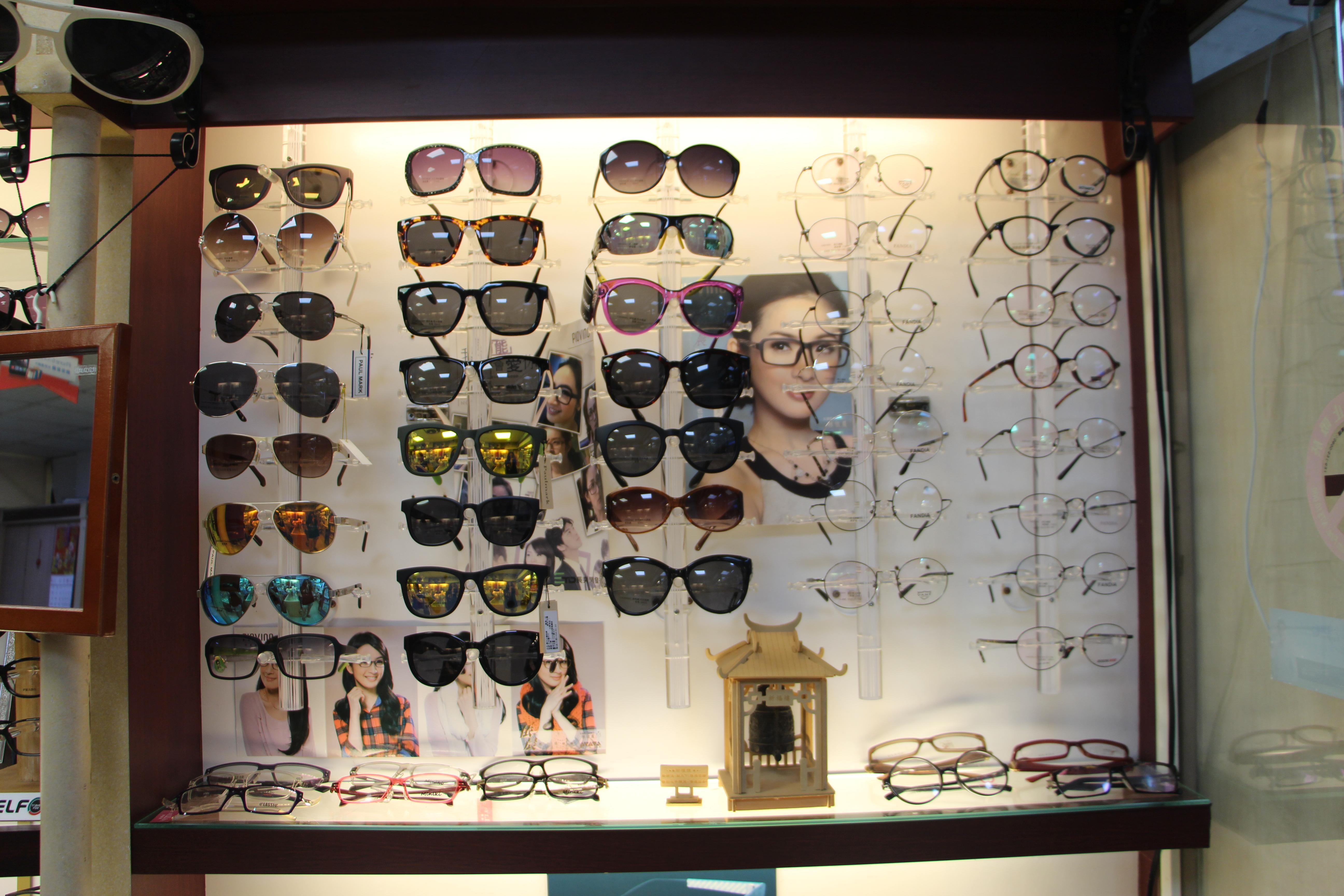 搭配自己的氣質挑選適合自己的眼鏡。攝影/蘇蓉 、王域瑾