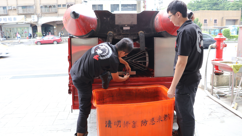 圖為消防局颱風前設備檢查作業。攝影/周宛蓁