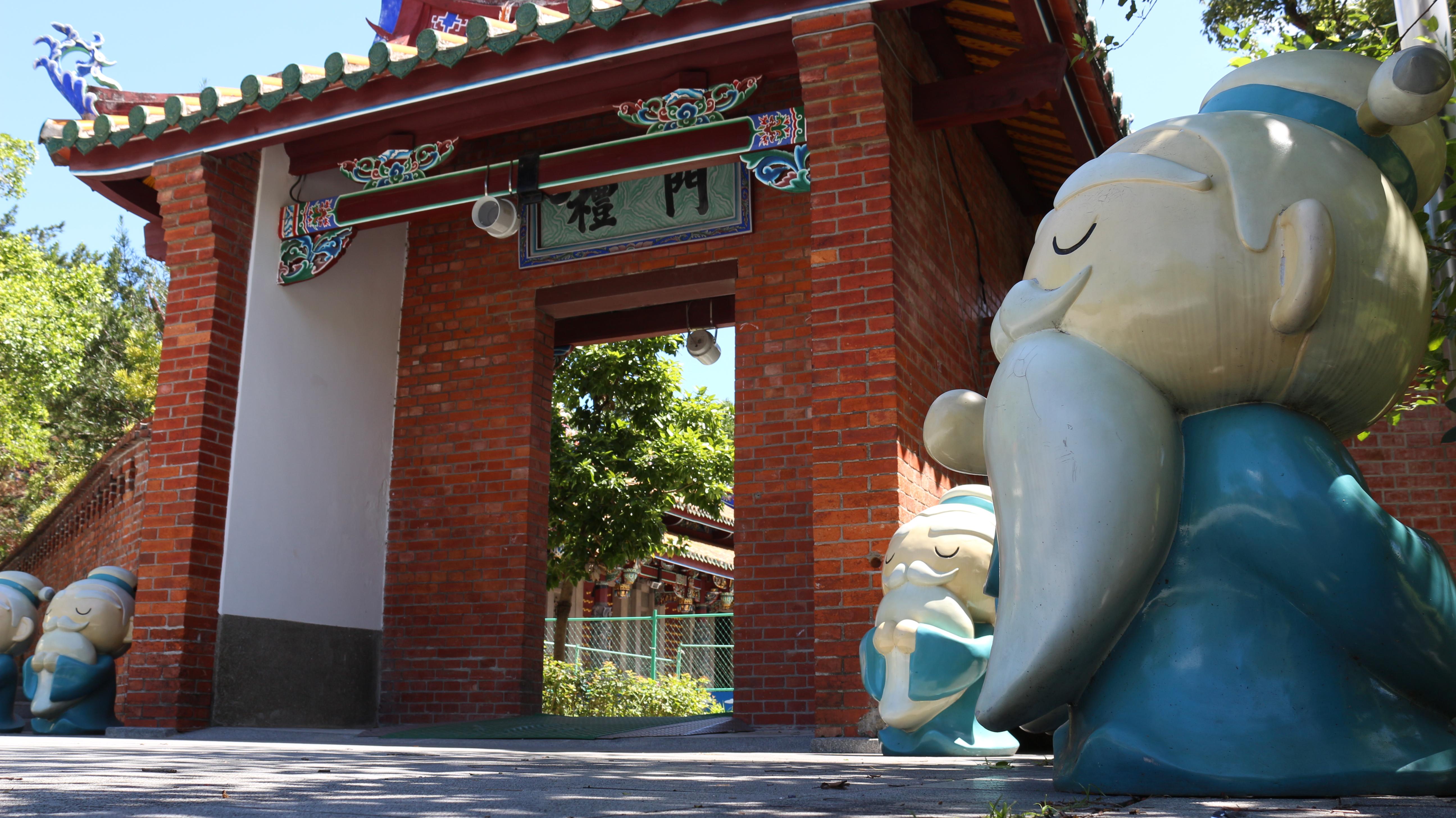 禮門前有幾尊小孔子迎接參觀的遊客,進入禮門後便是孔廟前廣場。