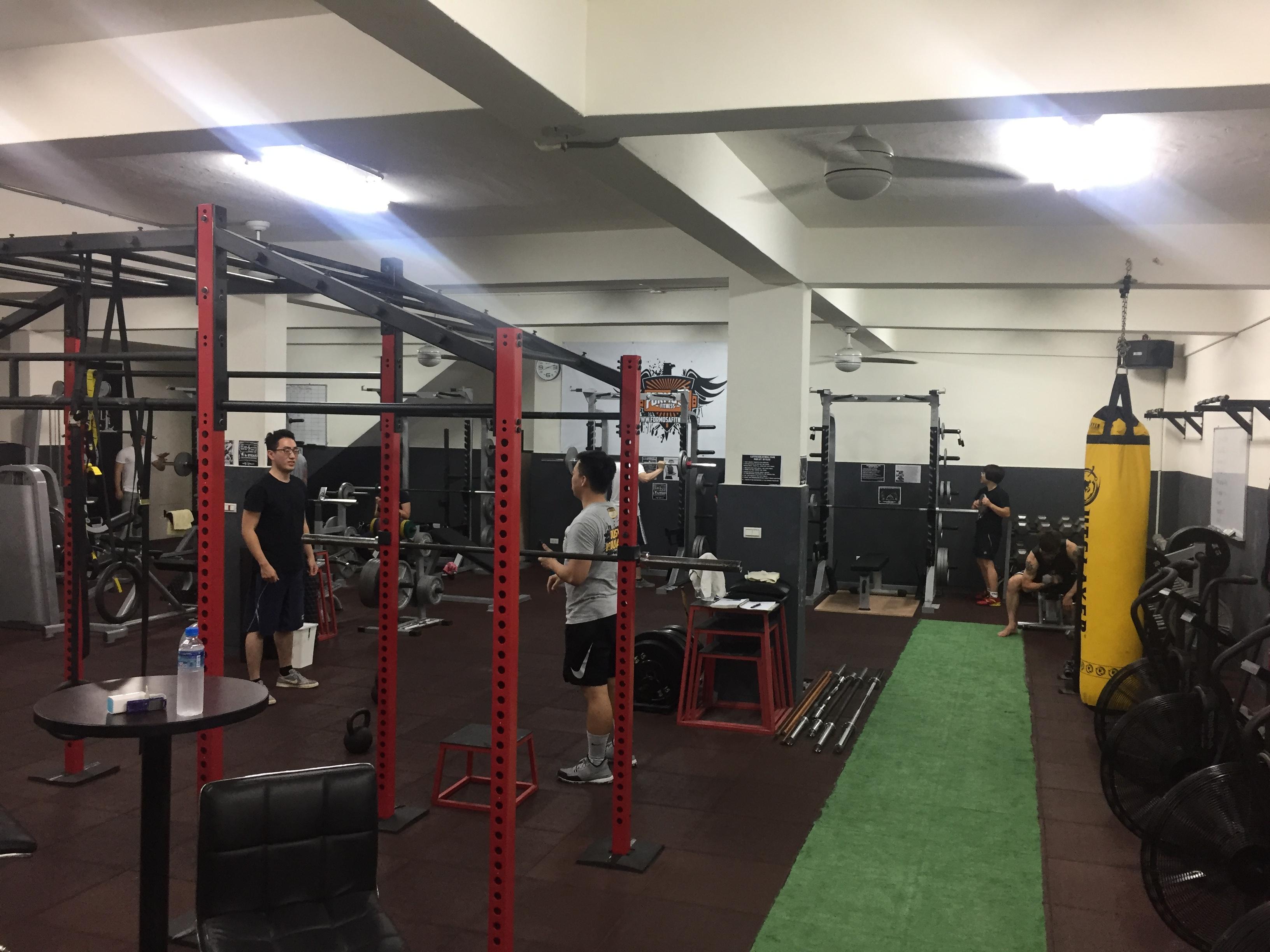 健身教練正在教授一對一課程。攝影/潘幸暉