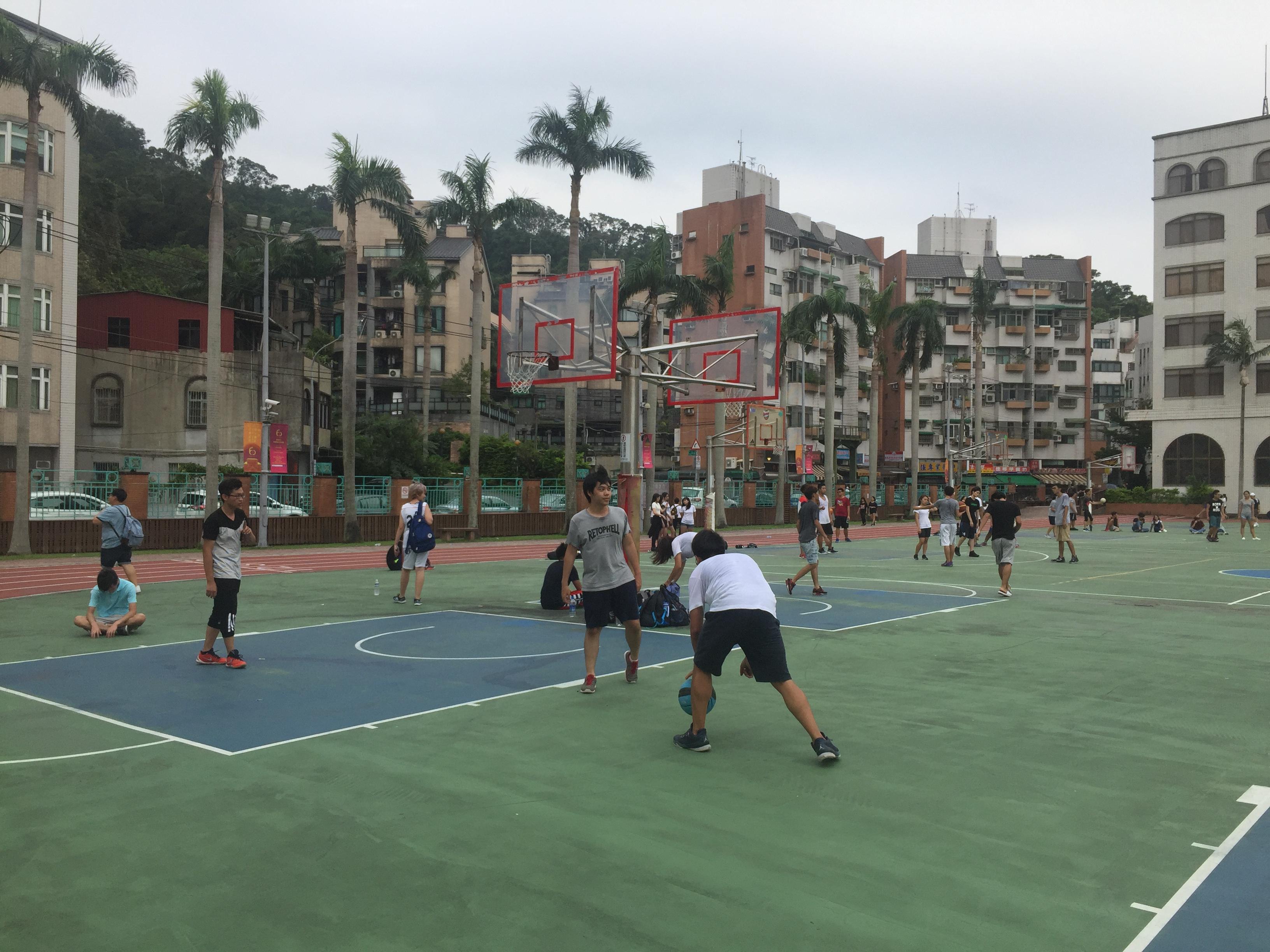 在室外打籃球的民眾。攝影 / 潘幸暉