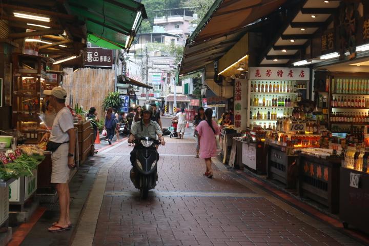 重建過後的烏來老街,雖然交通要道已經疏通,但商家們的生意仍不及災前盛況。(陳沛婍/攝影)