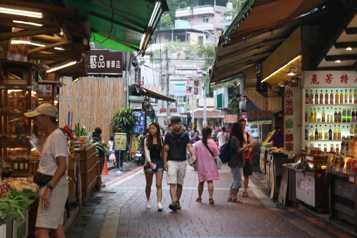 烏來老街經過整治後街道乾淨,店家維持營運,以減少生計上的負擔。