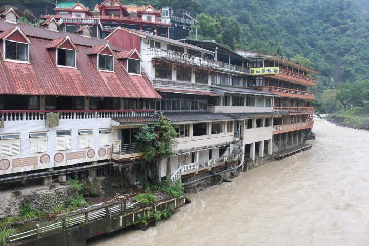 目前烏來地區的河川是有疏洪效用的,但部分房屋仍存在地基沖刷的問題。(陳沛婍/攝影)