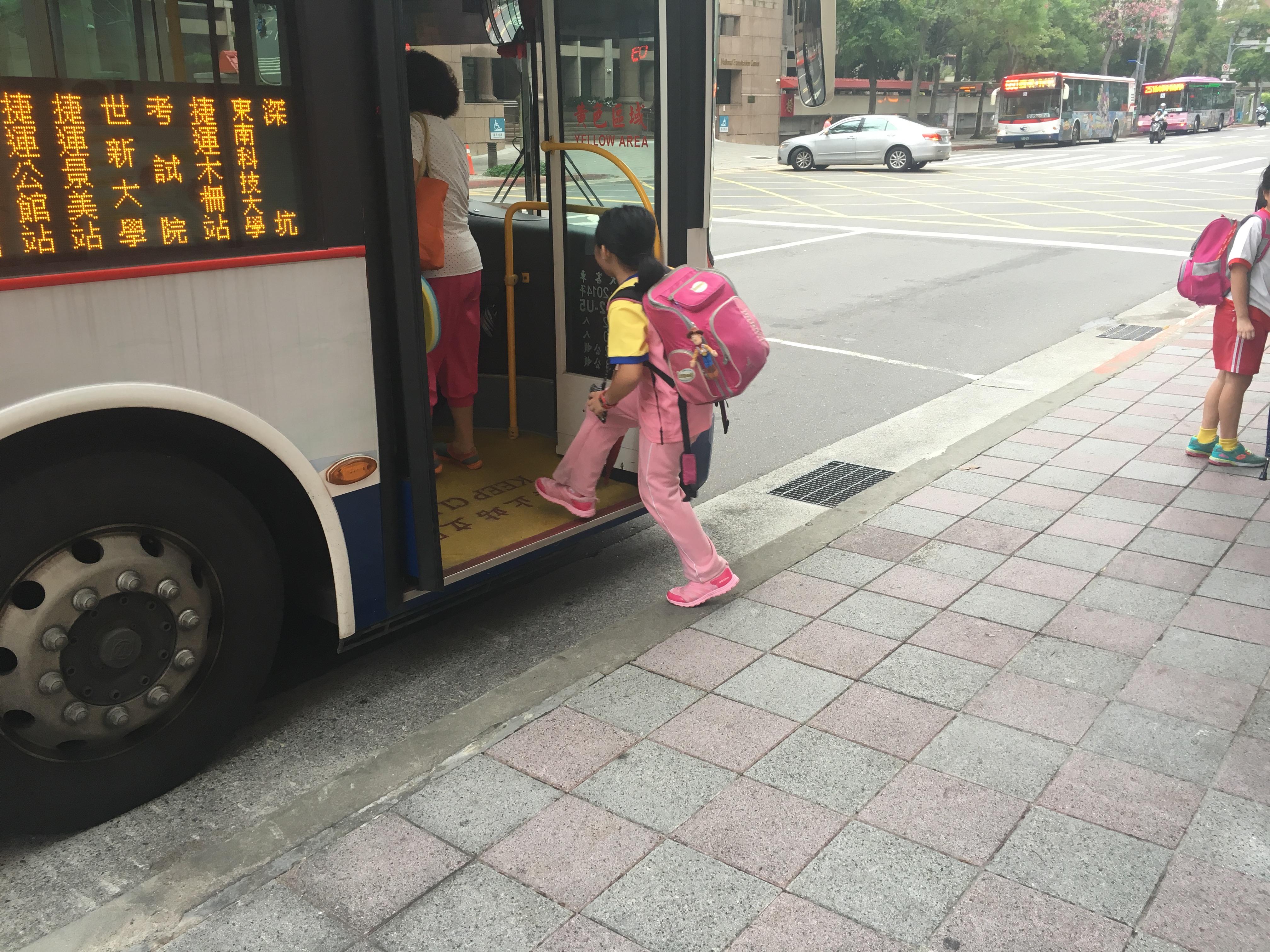 低地板公車使小朋友能更安全的上車