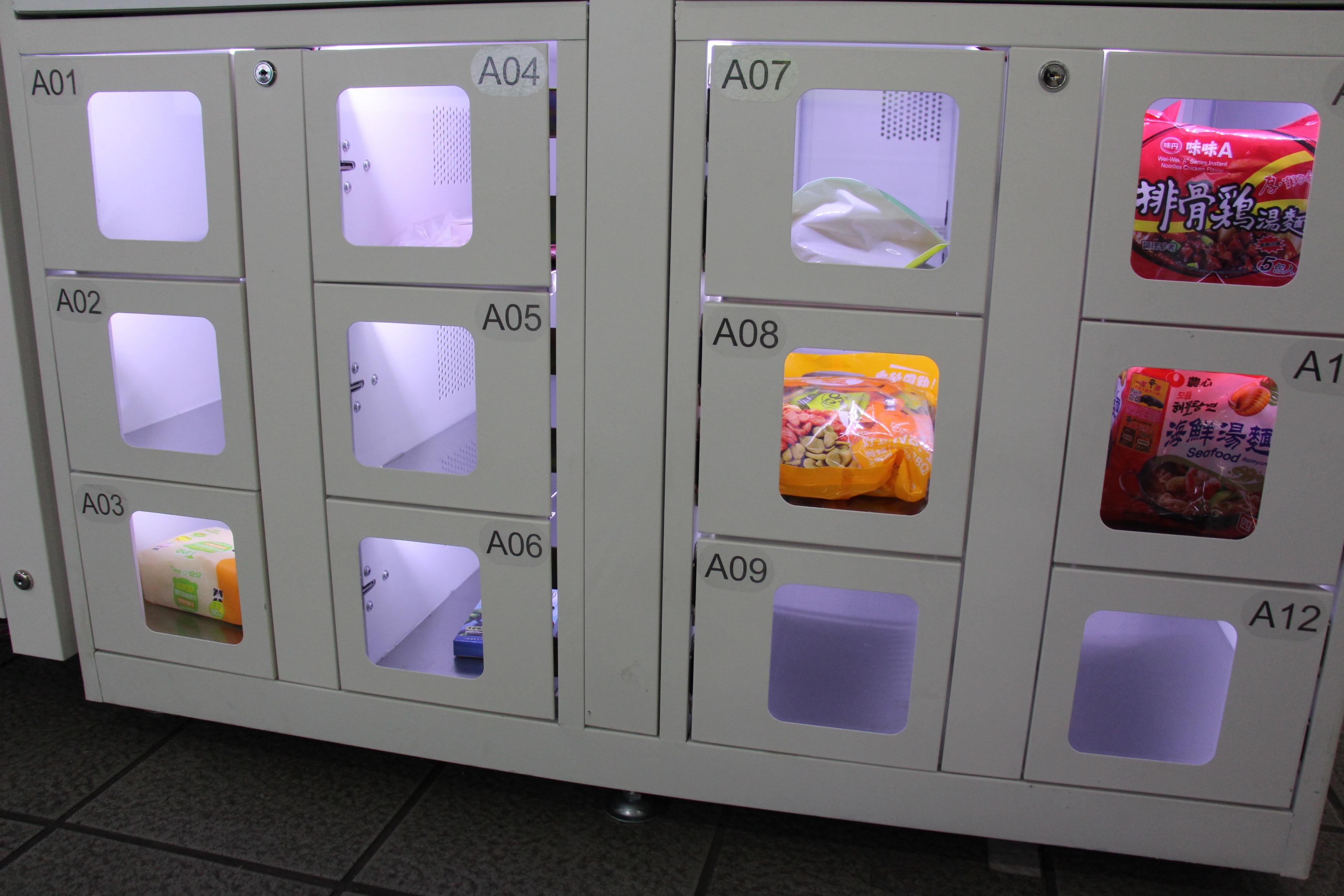 捷運站限定現貨商品,只要付款開箱即可帶走。攝影/楊詠晴