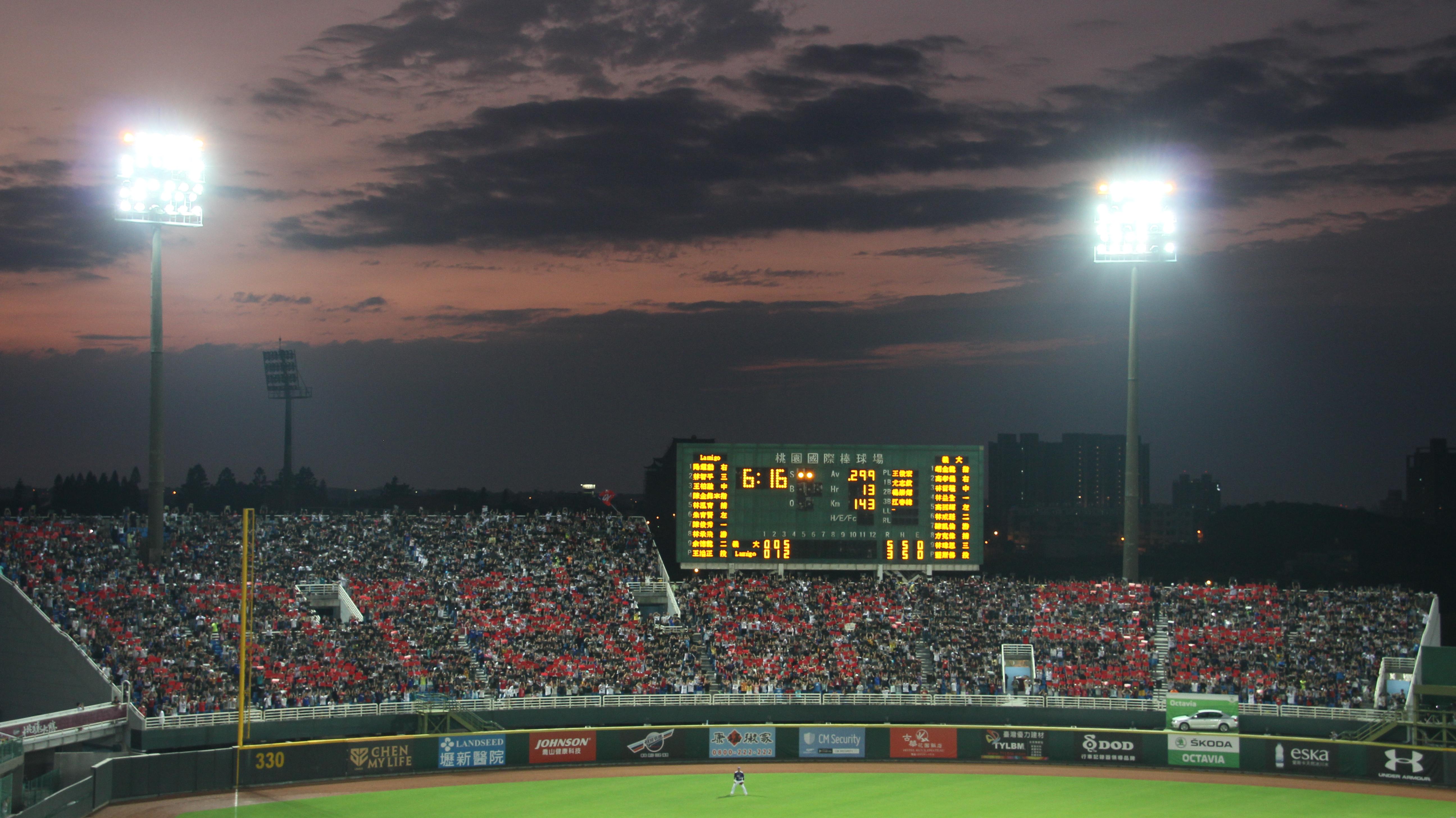 外野滿場球迷排出forever52展現出對陳金鋒的崇拜(攝影/黃彥筑)