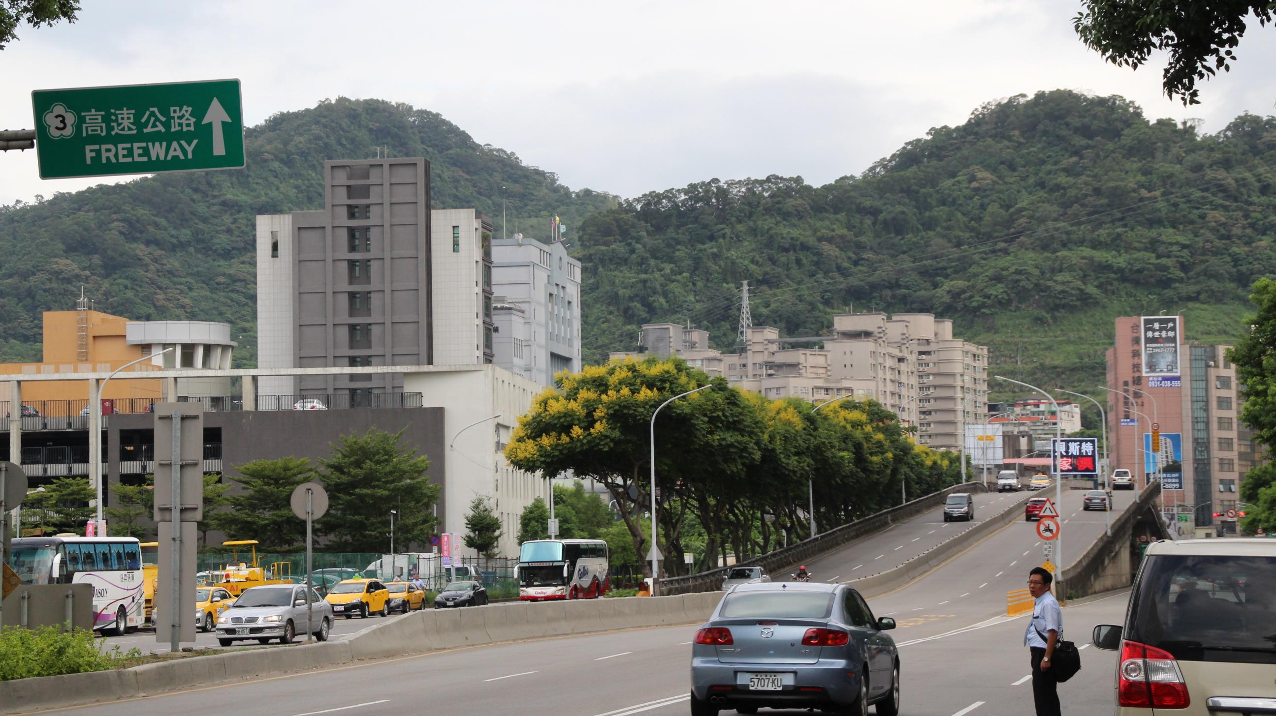 緊鄰開發案土地,車流量大的中興路橋