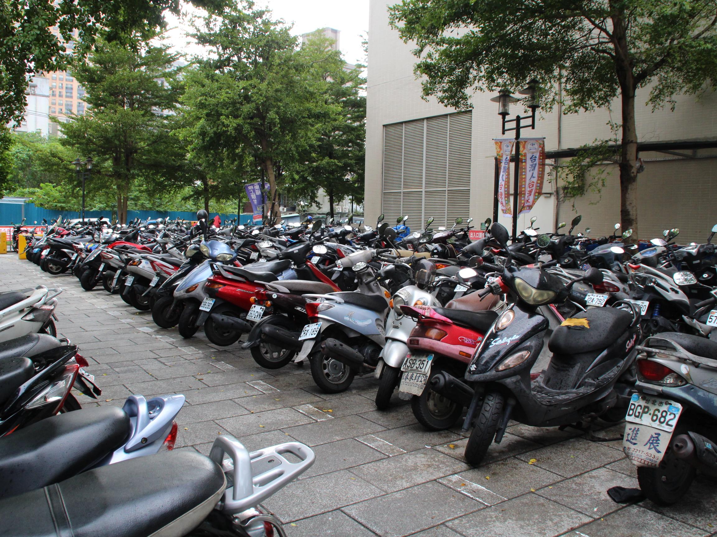 裕隆城旁家樂福周遭街景,停車空間供不應求 攝影/林冠宇