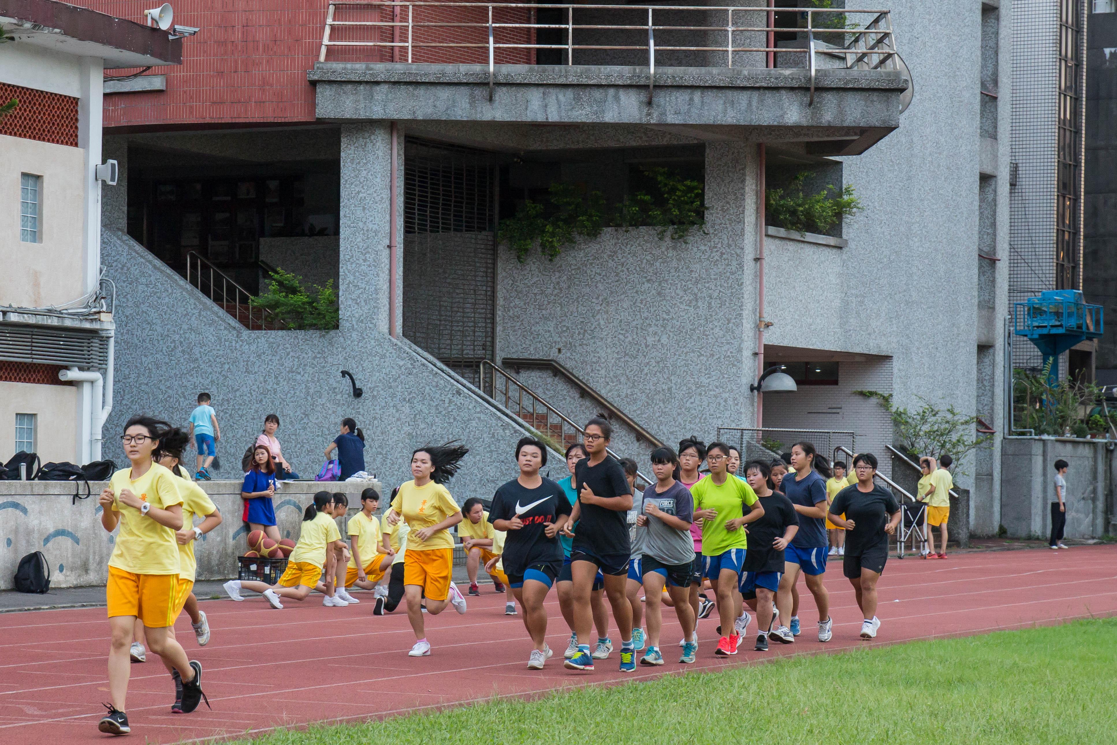 五點放學後,拔河隊員自動聚集於操場,為晚上的練習暖身跑步。