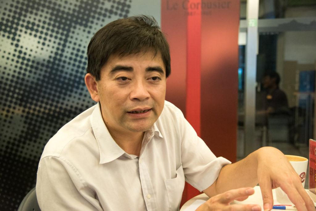 中央大學經濟學系教授邱俊榮說明中國經濟現況。攝影/林捷倫