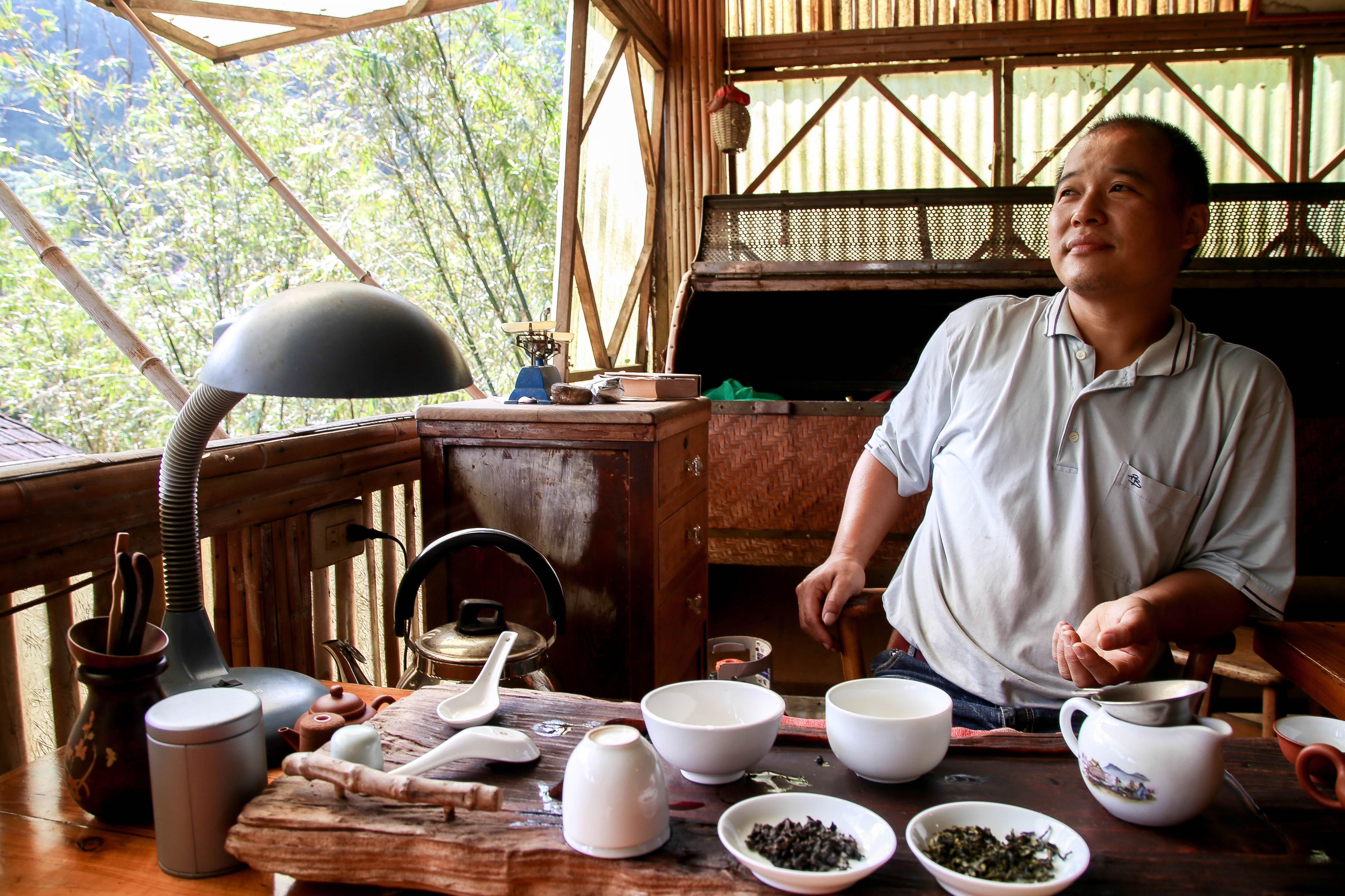 張福欽是貓空第一個種植有機茶的農戶,剛開始的時候甚至被同業稱為異類。攝影/胡皓宸
