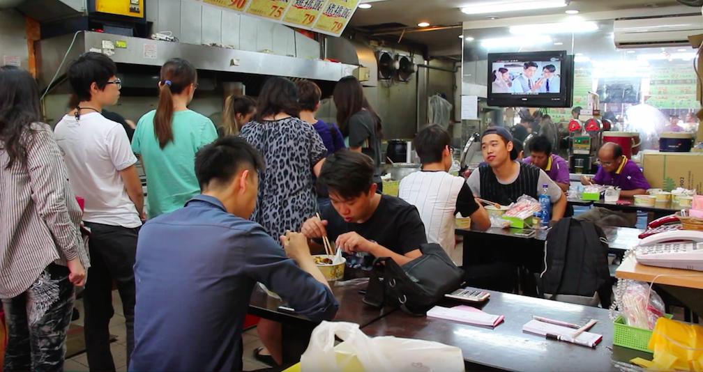 每到中餐時間,辦公商圈附近的便當店擠滿午休的上班族用餐。攝影/張子怡