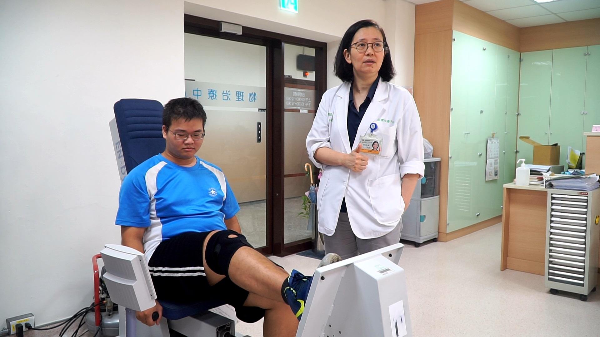 物理治療師協助民眾進行器材的復健訓練,並說明訓練的目的與作用。 攝影/周楚