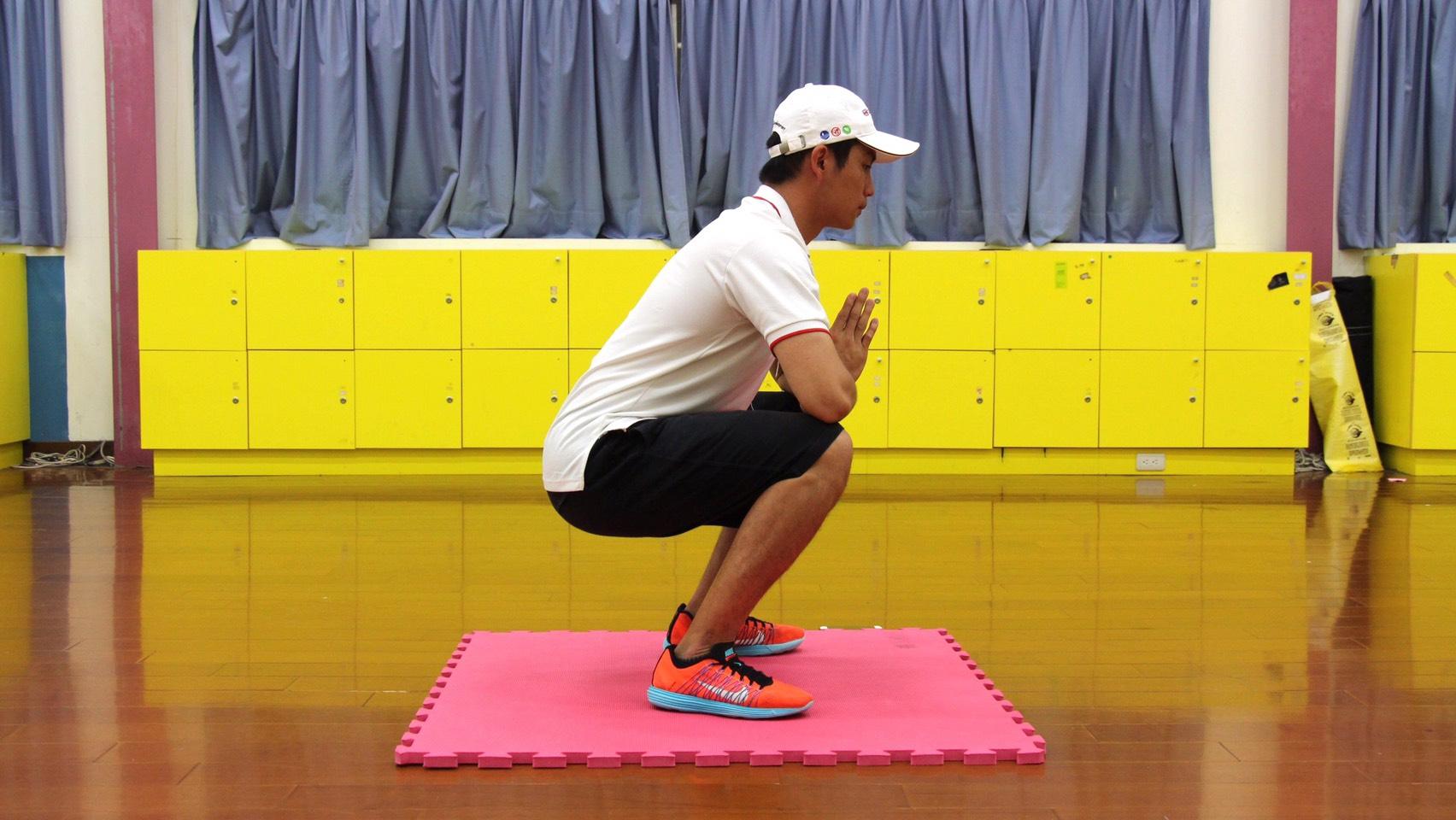深蹲可訓練大腿肌力,運動時切記避免駝背。