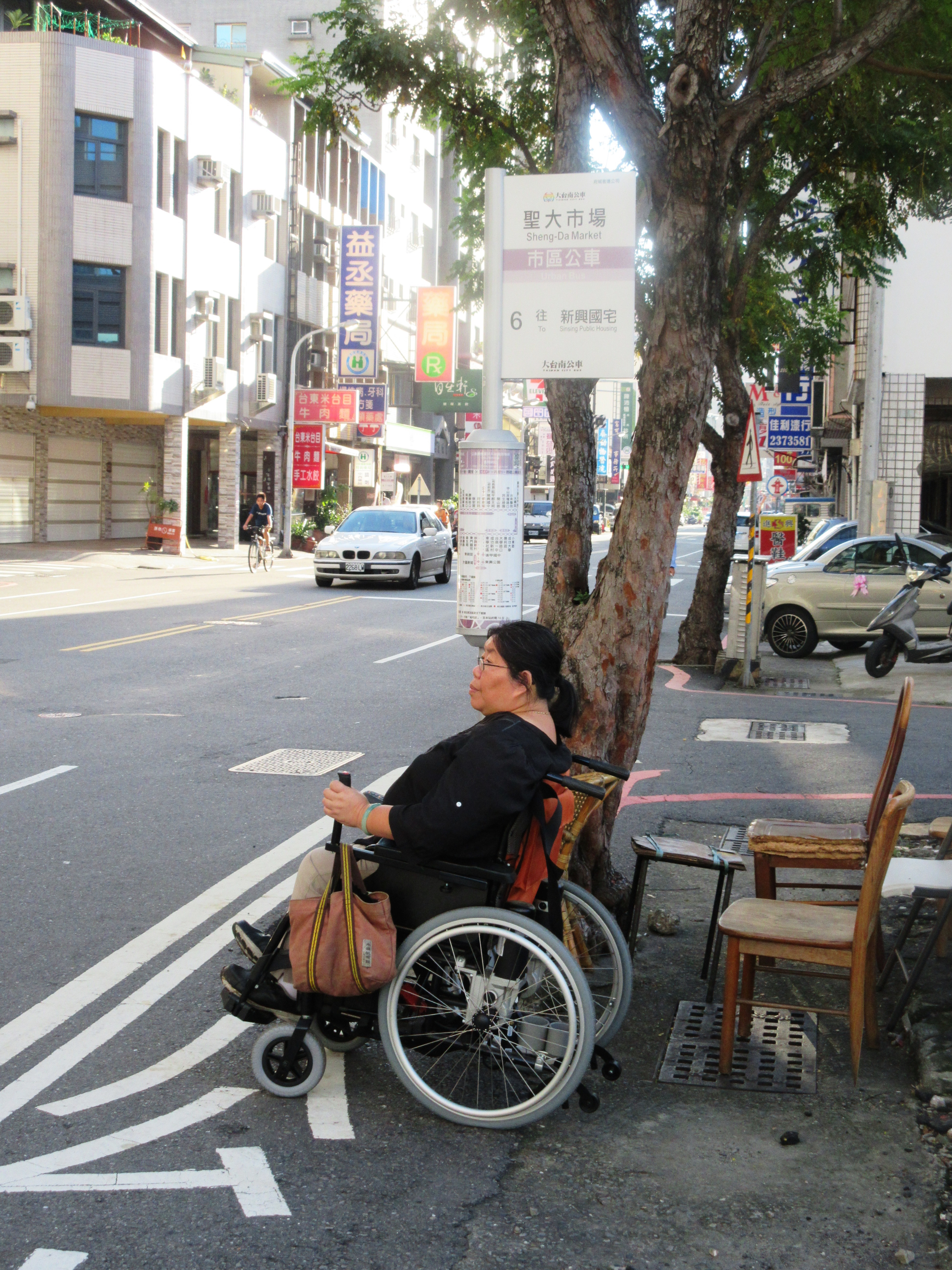 A disabled person was waiting for the bus. Photo / Wen Zih-syuan