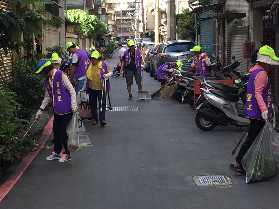 熱心的社區居民自願性參加環保志工,為社區提升居住品質。 (照片提供/陳建利里長)
