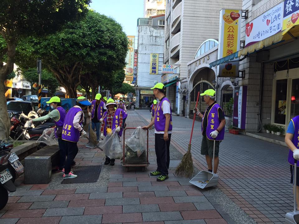 百忍里環保志工隊為自身社區清潔打掃。 照片提供/陳建利里長