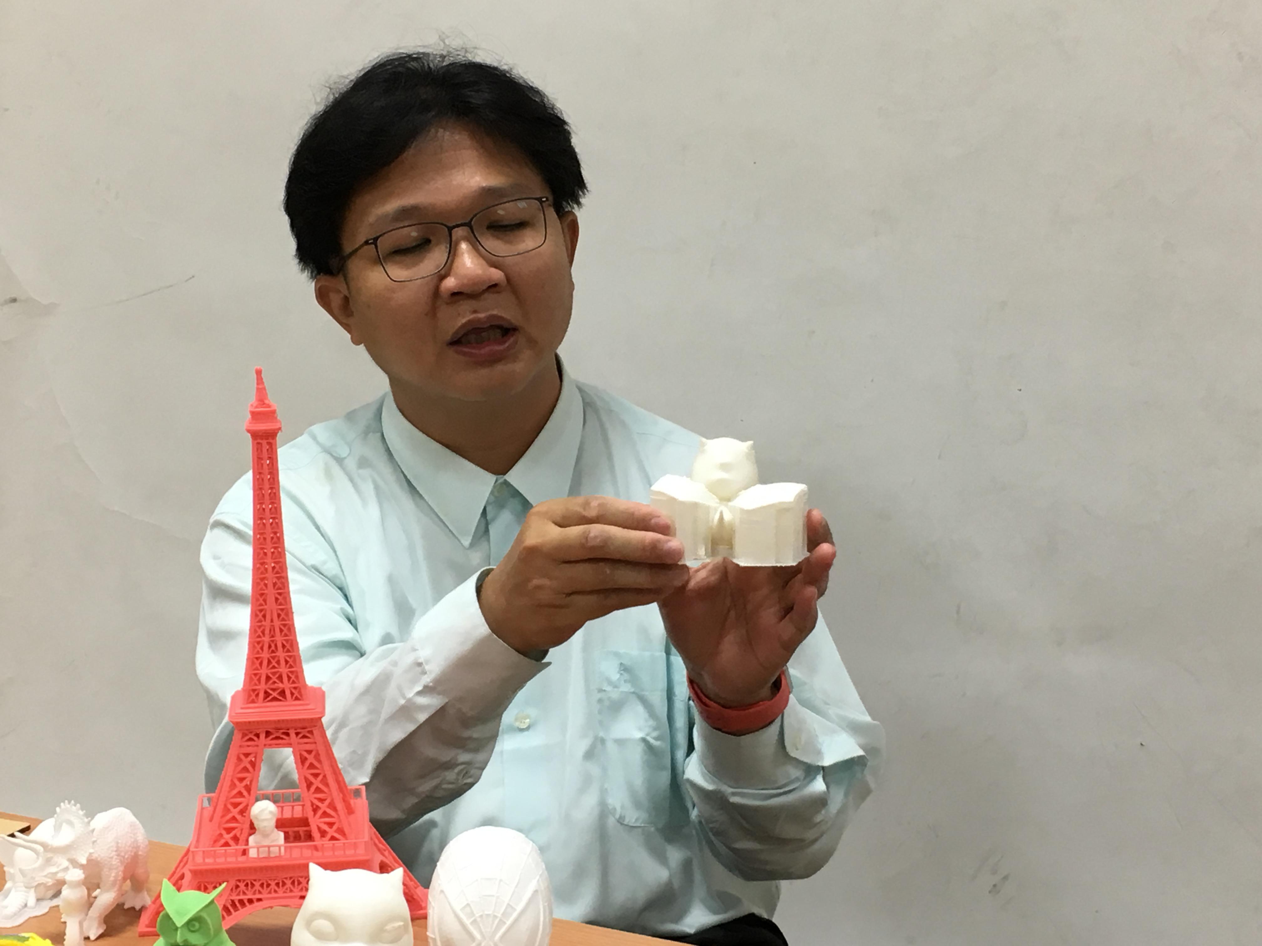 陳俊廷助理教授興奮的與大家分享所製作的3D列印模型。攝影/陳家柔