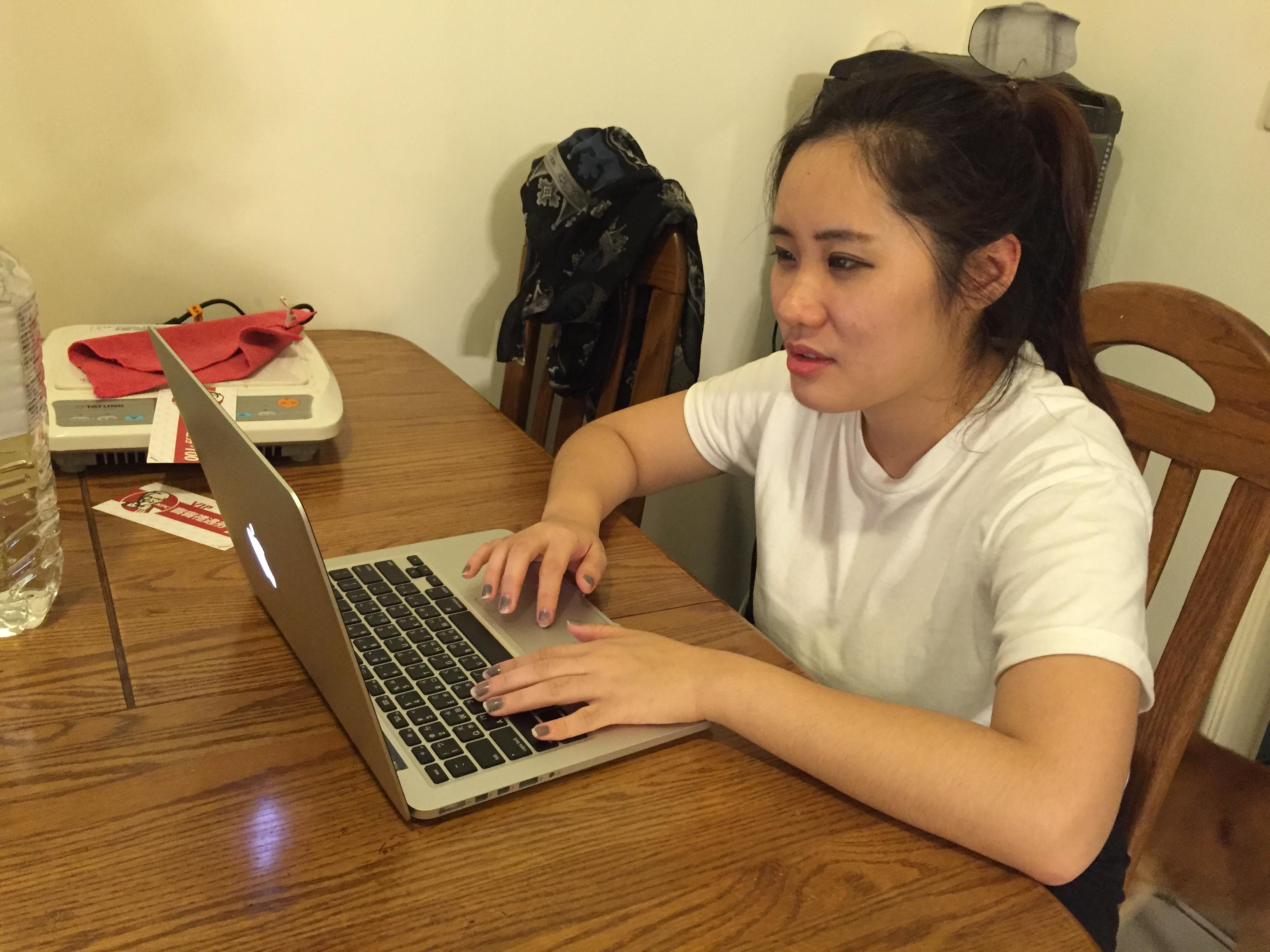 工作繁忙,賴小姐利用下課時間趕報告。攝影/蔡秉均
