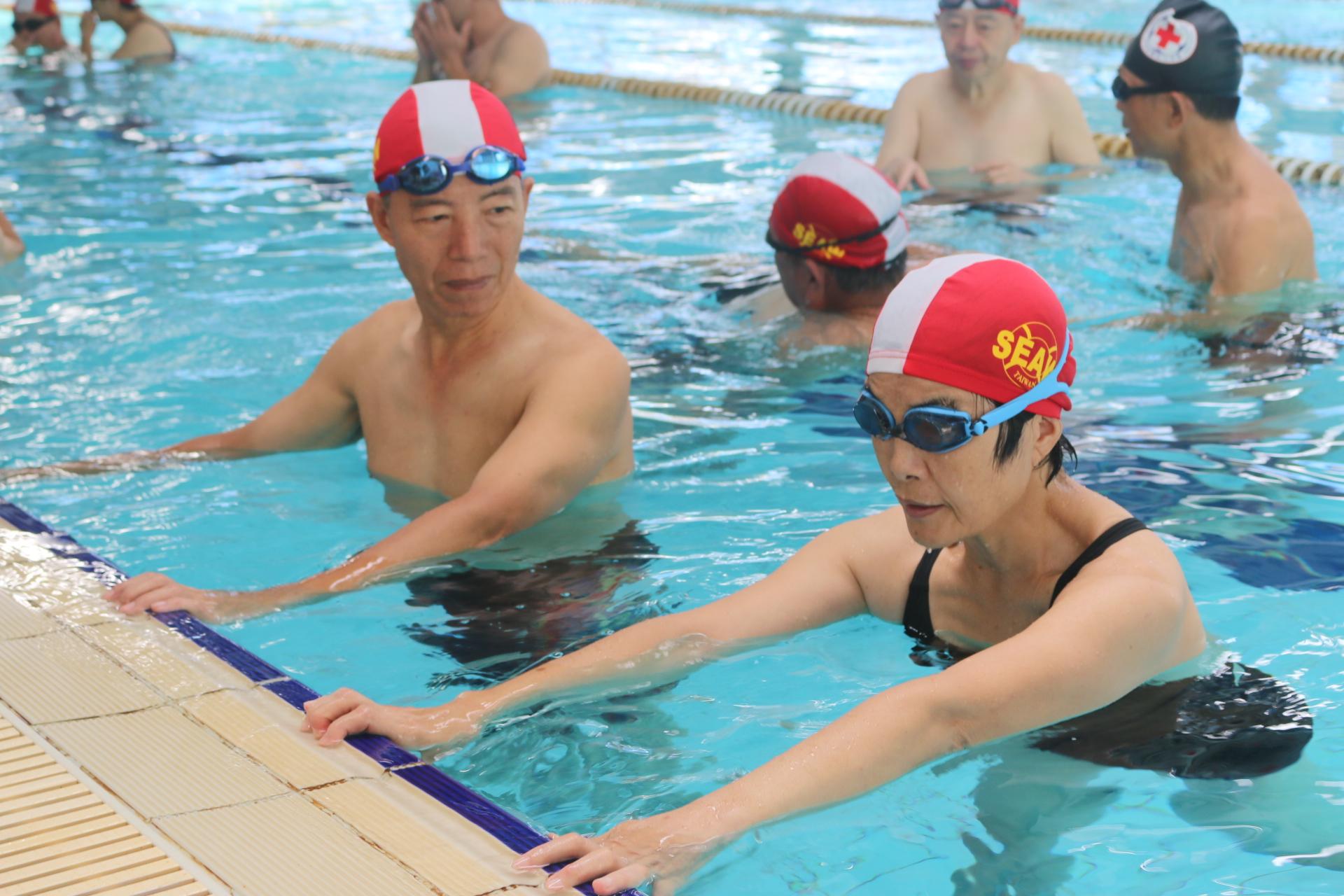 訓練班學員互助練習。攝影/劉品彣