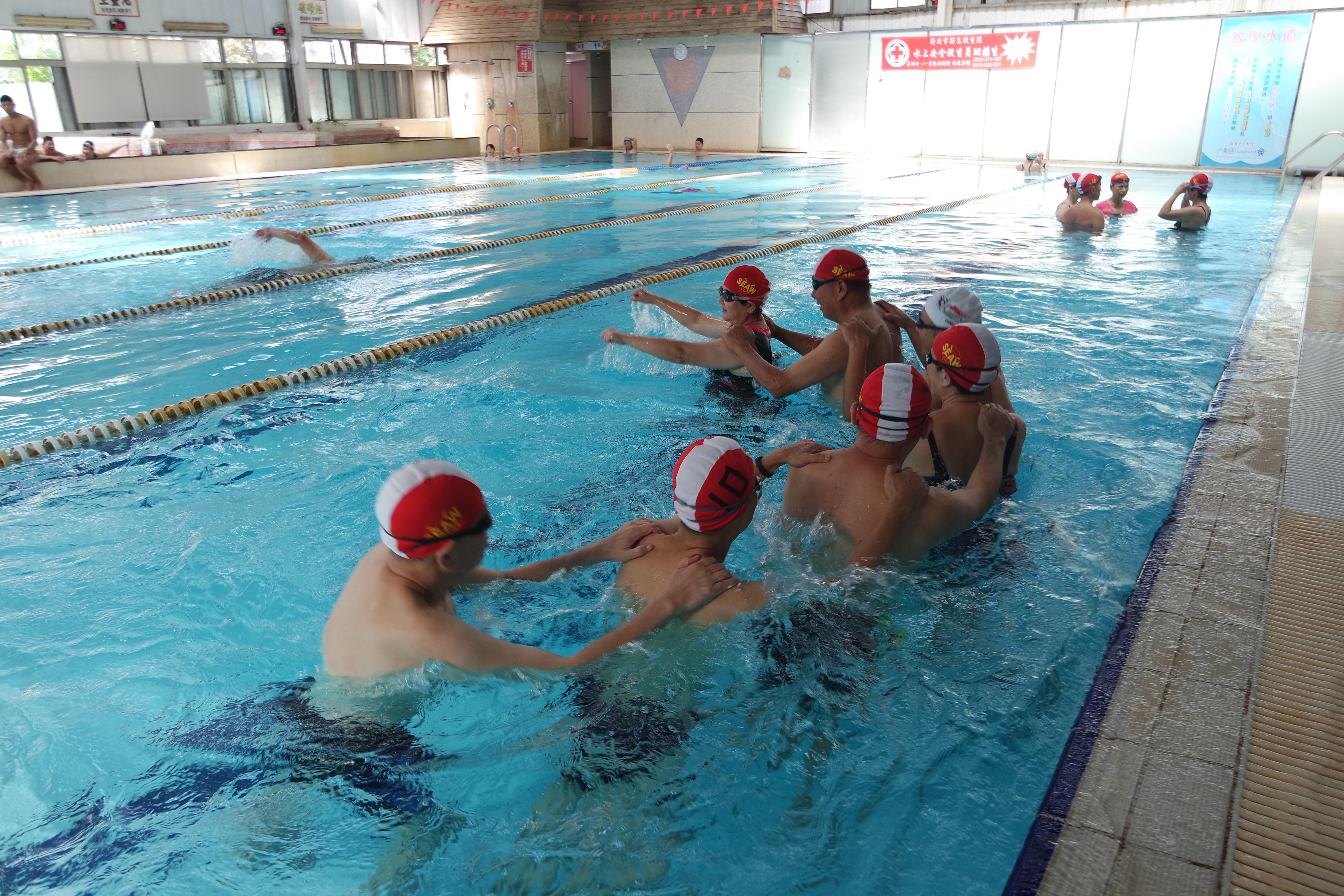 訓練班學員水中熱身運動。攝影/戴若涵