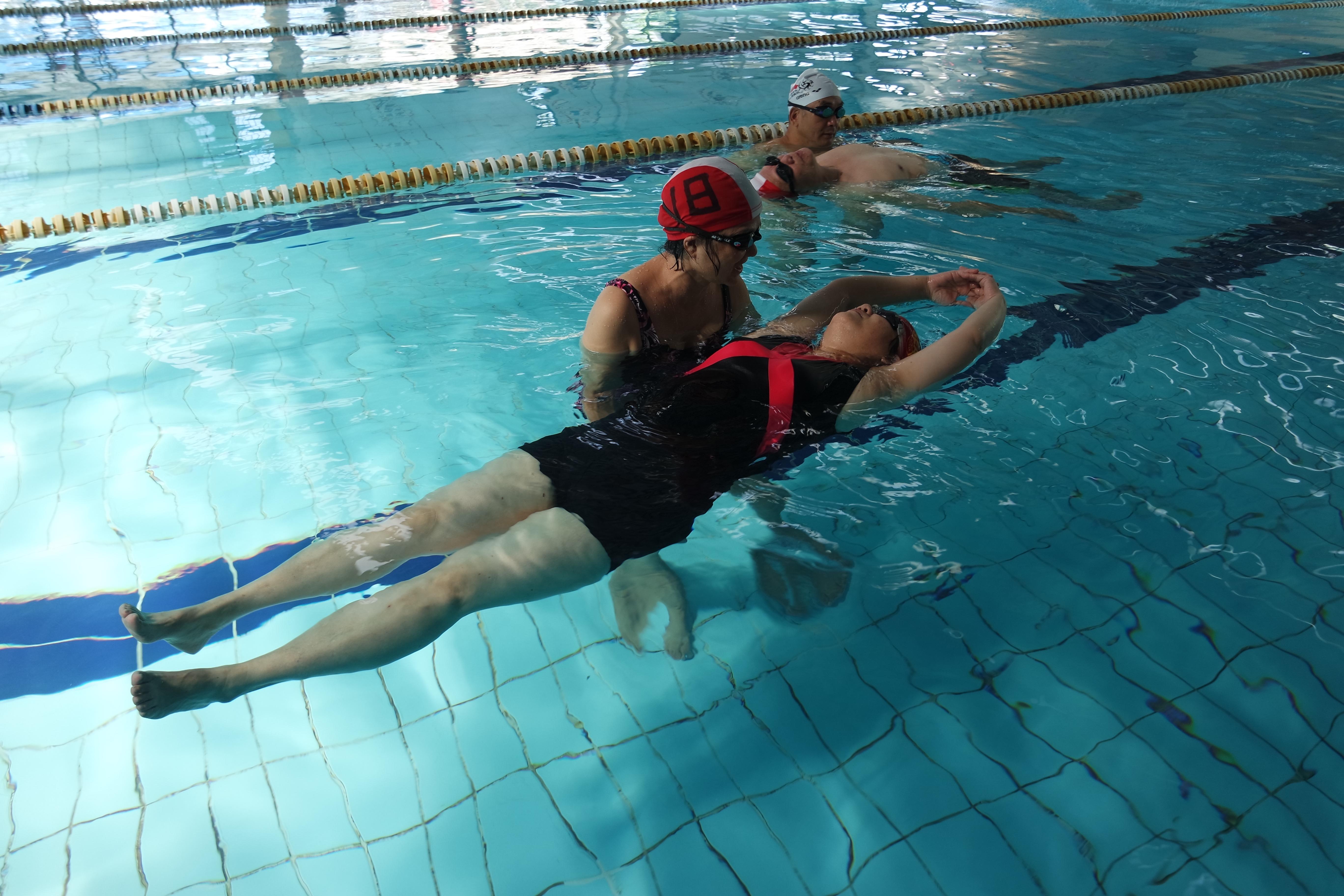 訓練班學員訓練班學員互助練習救援動作。攝影/戴若涵