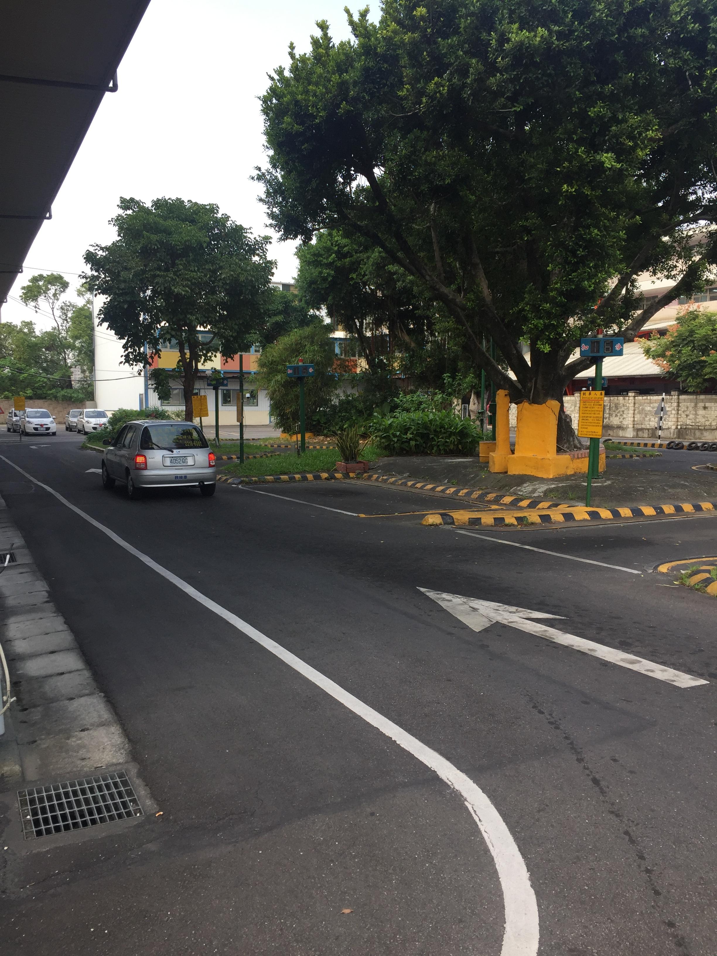 學員在練習路邊停車的項目。