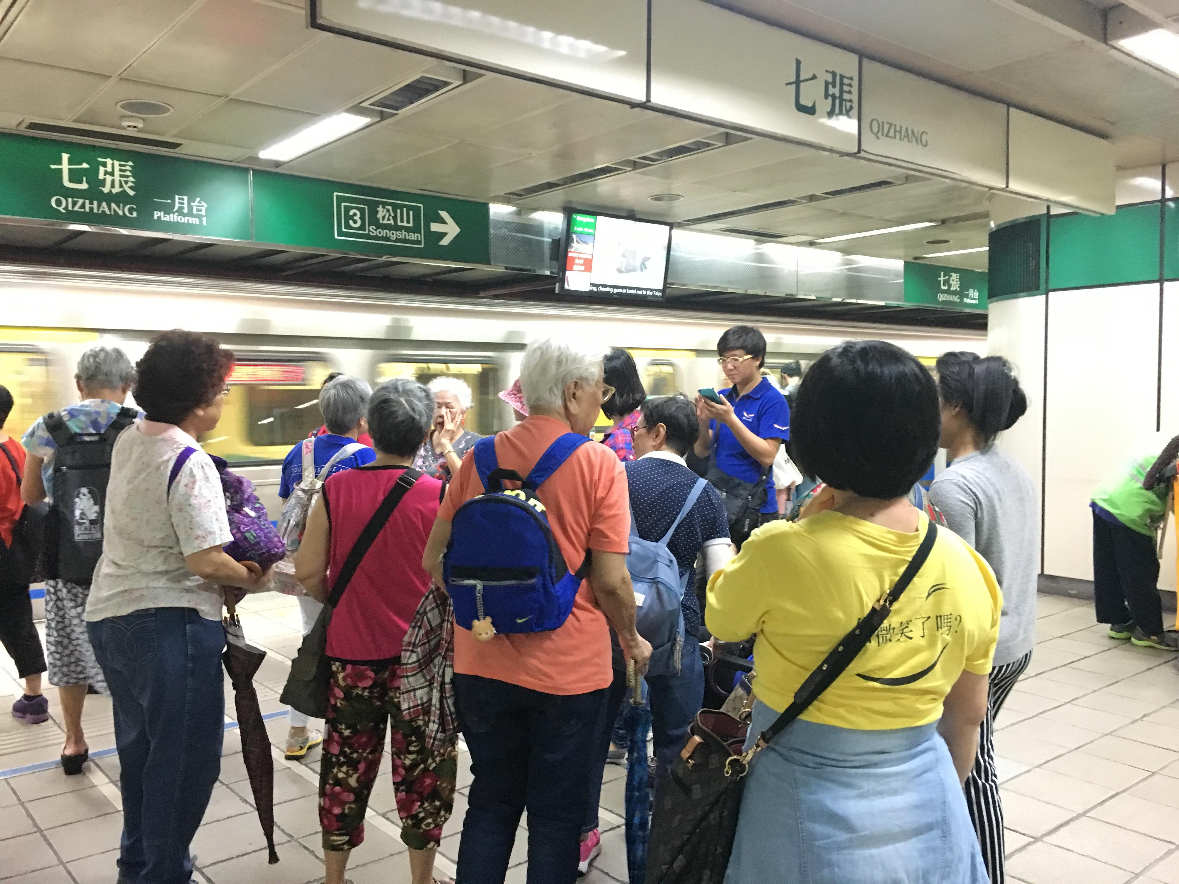 老人們在捷運站集合。攝影/沈鈺琪
