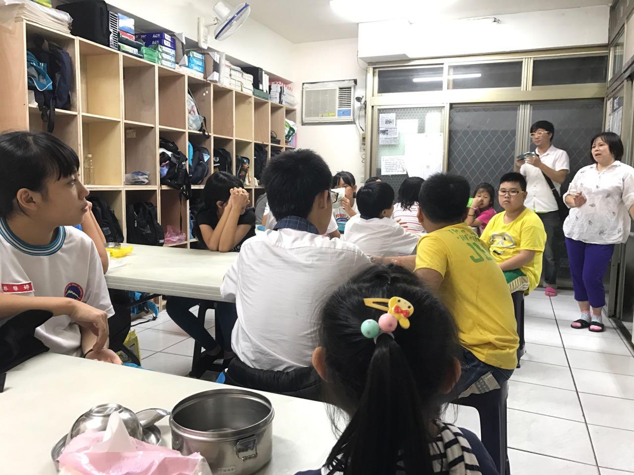 老師黃淑如組織孩子們吃飯。攝影/郝一鳴