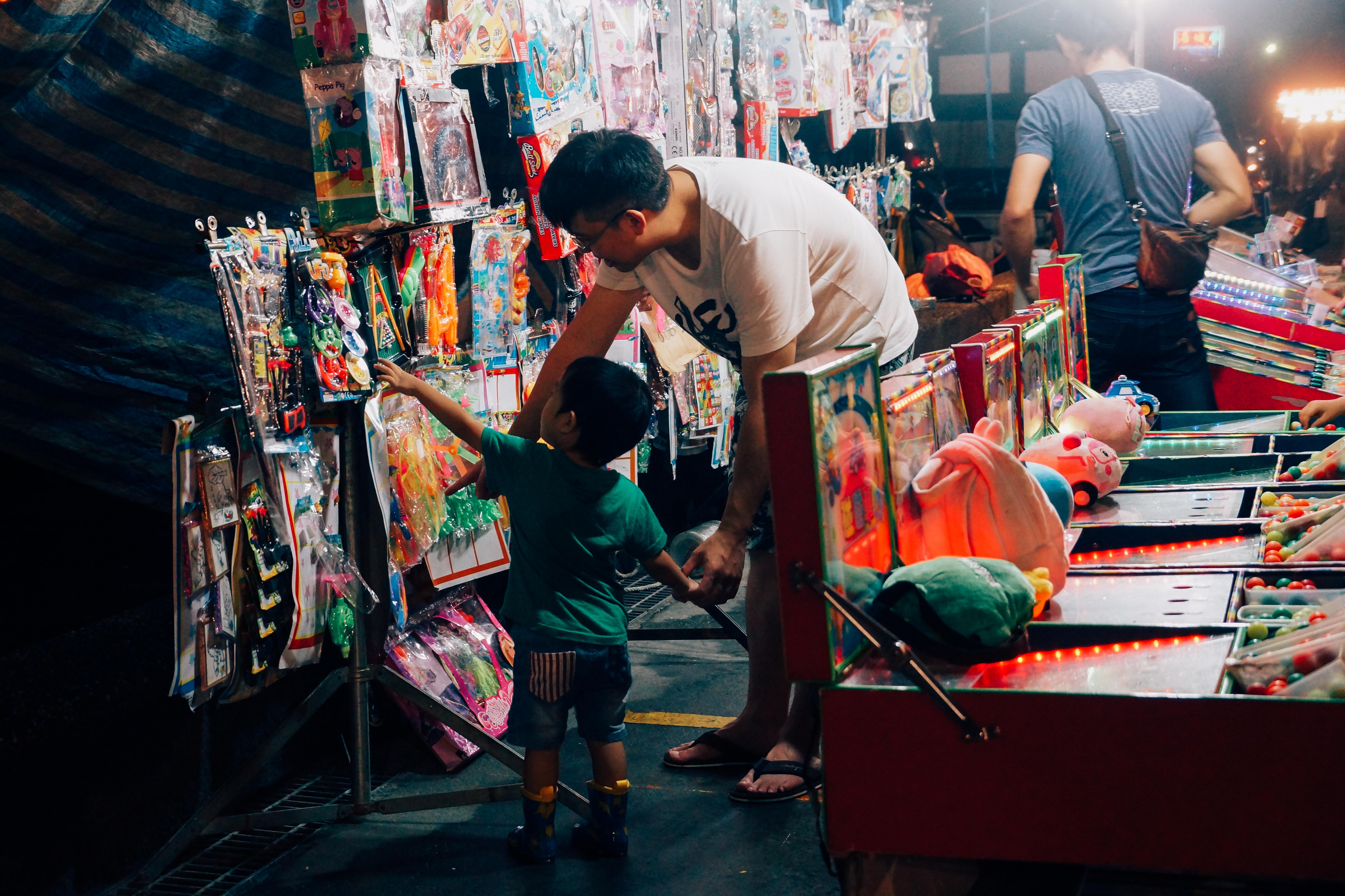 夜市內隨處可見家長與孩子的親近互動。攝影/潘姿穎