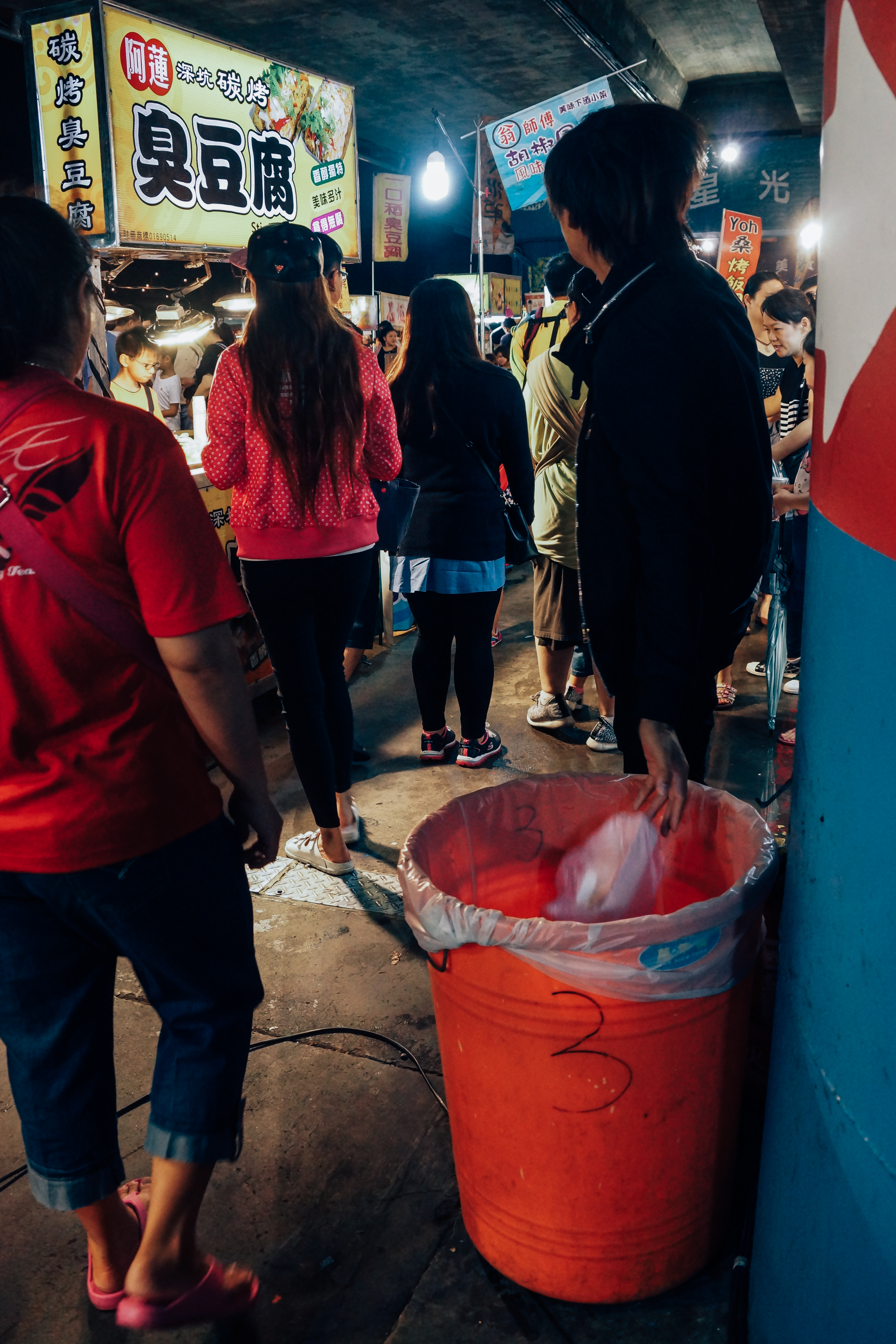 星光夜市內設有不少垃圾桶,也不時有專人清理,整體環境較一般夜市乾淨。攝影/潘姿穎