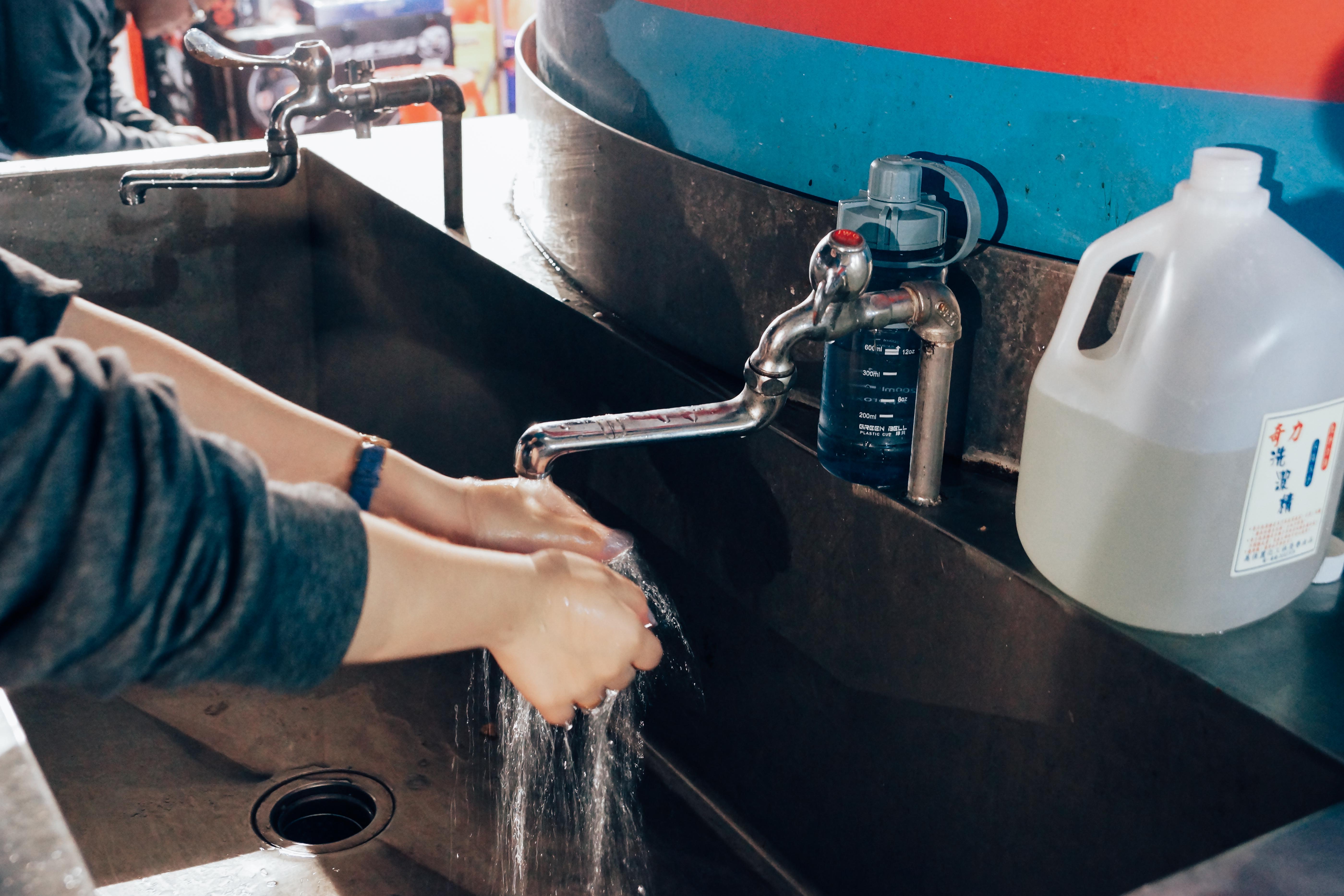 橋墩處設置洗手檯,對遊客及店家而言都十分方便。攝影/潘姿穎
