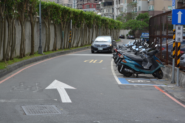 景美溪防汛道路至 8 月 1 日改為單向道後,仍有民眾逆向行駛。攝影/李冠勳