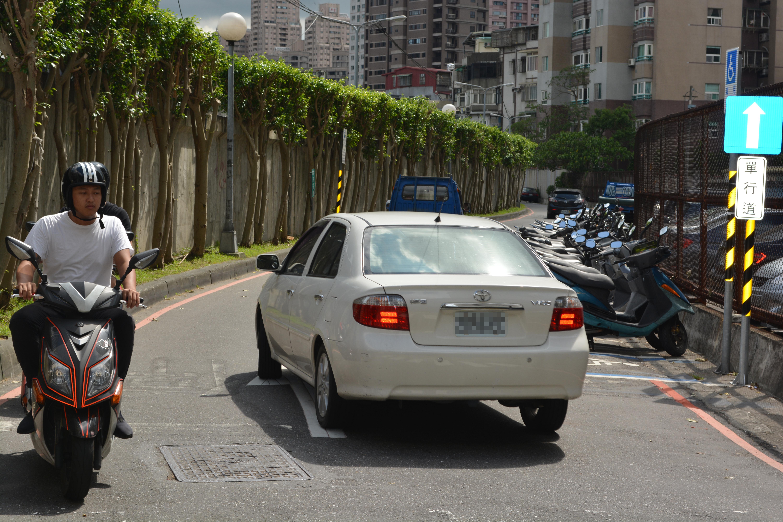 機車騎士逆向行駛與對向汽車對峙。攝影/李冠勳