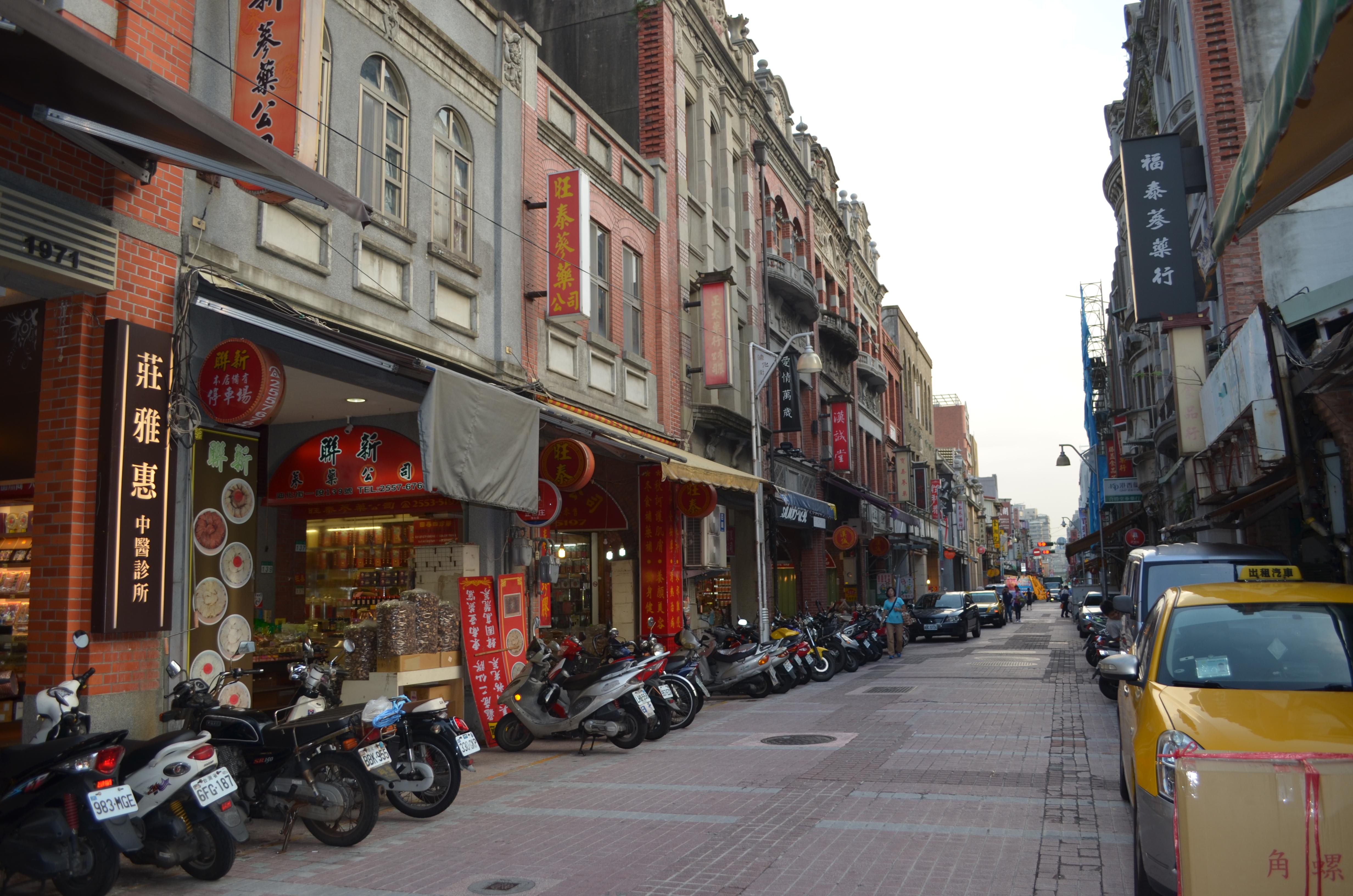 迪化街商圈已有百年歷史。攝影/林郁婷