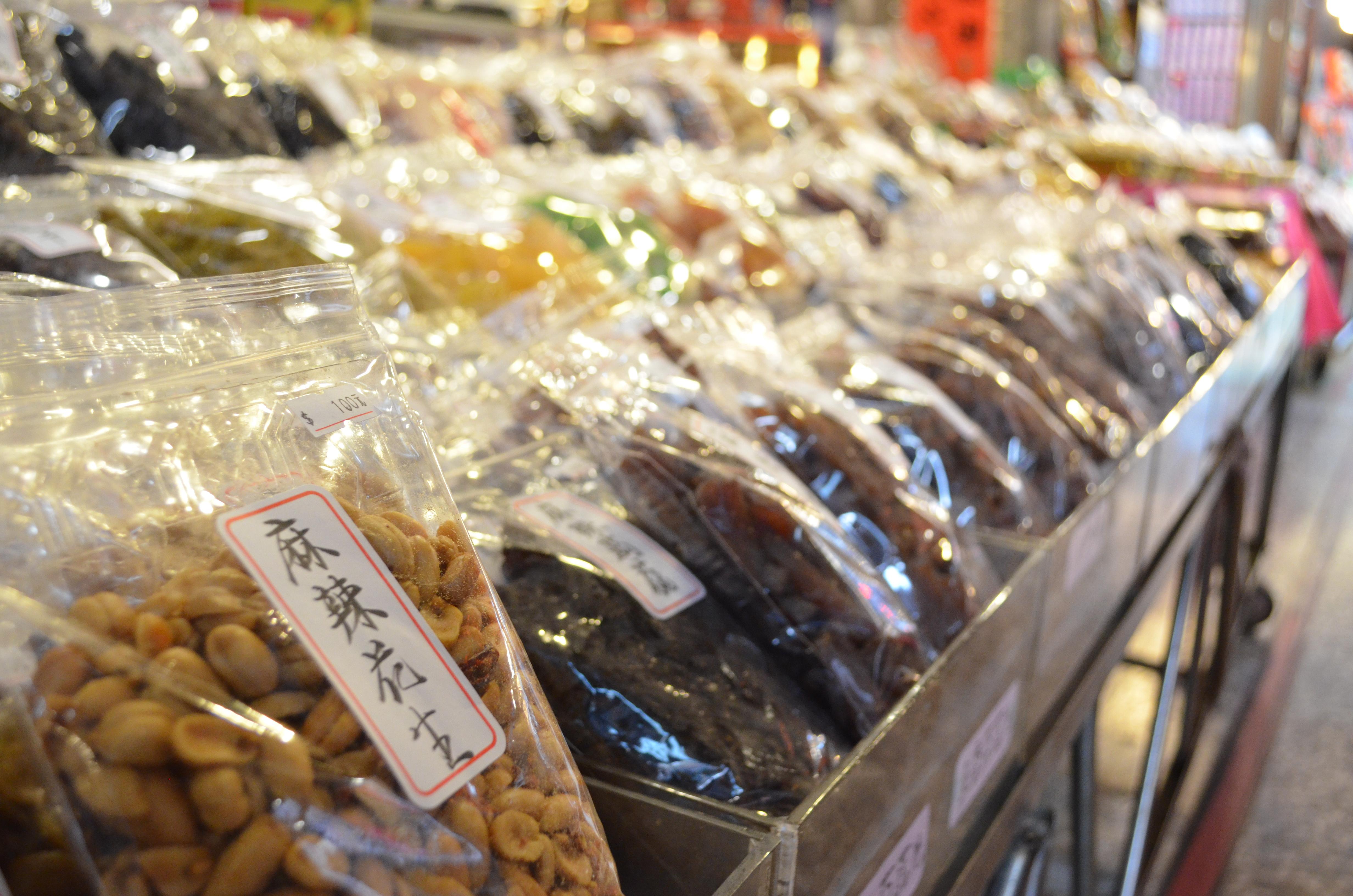 許多民眾在春節時分到迪化街商圈採買年貨。攝影/林郁婷