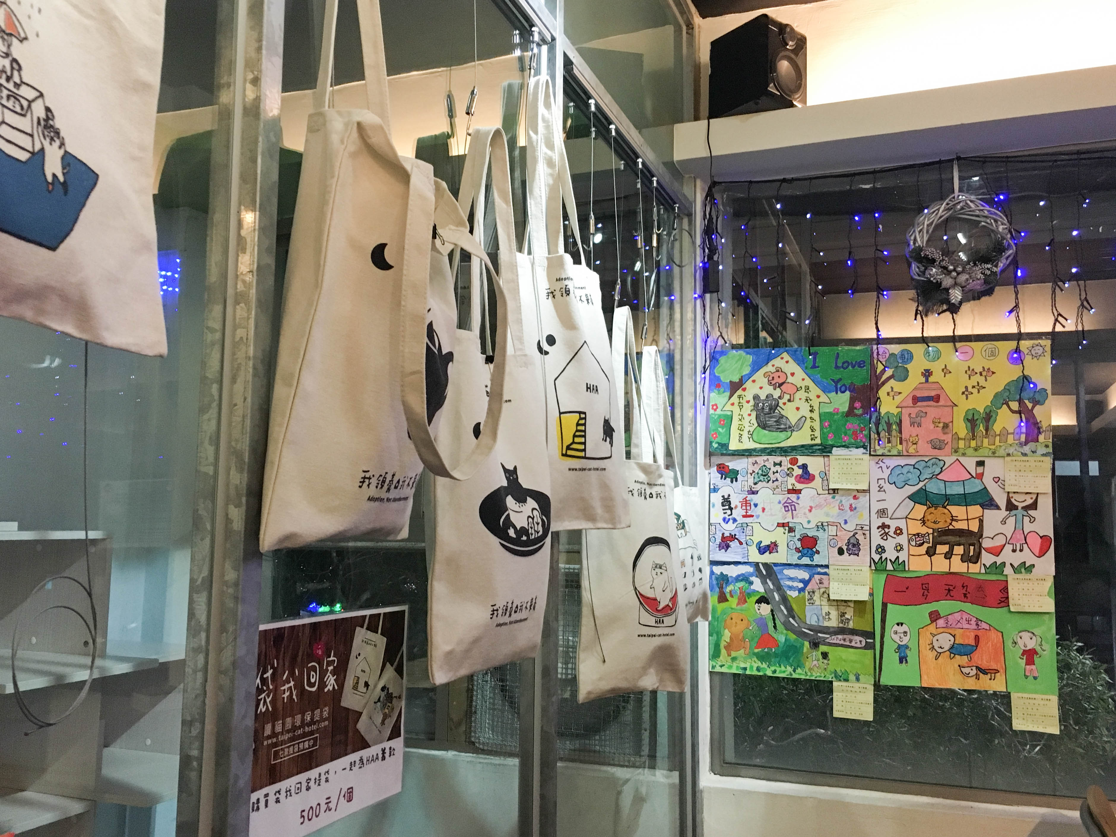 Canvas bags and paintings are convey ideas of stray cats adoption / Wen Zih-Syuan