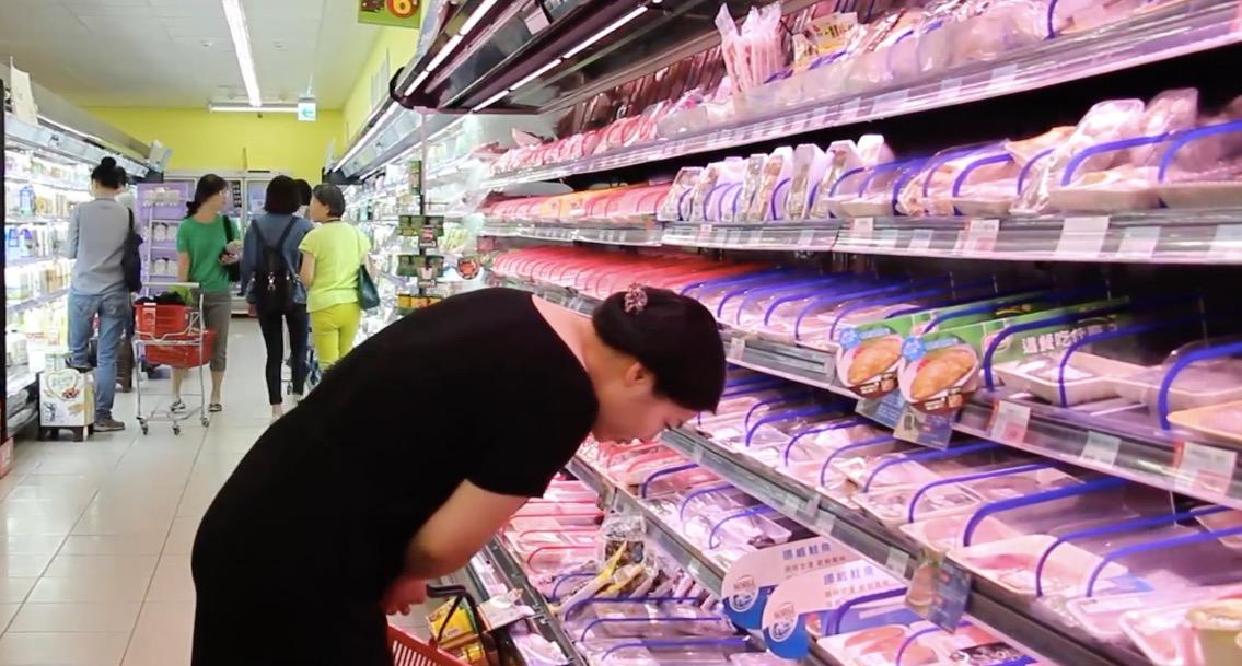 現今民眾購買生鮮、熟食等食品,還是前往實體商店居多。攝影/張子怡。