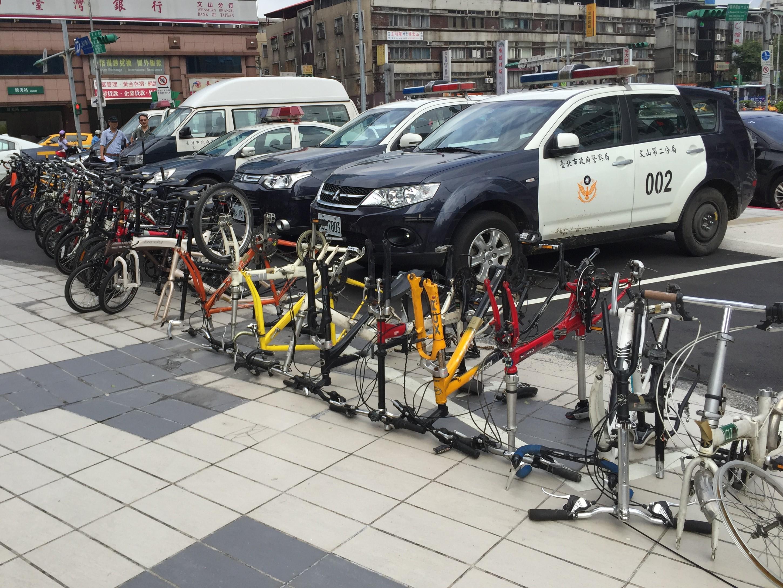 53部自行車竊贓,部分車體遭分解。攝影/布子如
